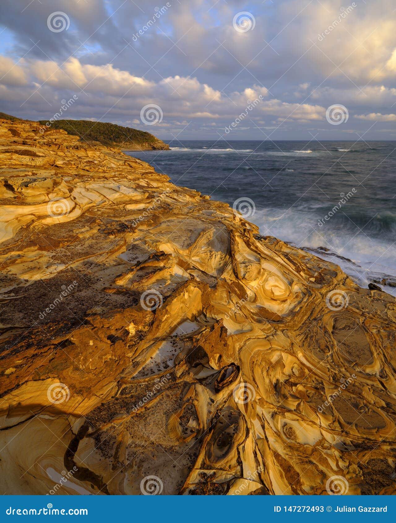 Пляж на заходе солнца, национальный парк замазки Bouddi, центральное побережье, NSW, Австралия