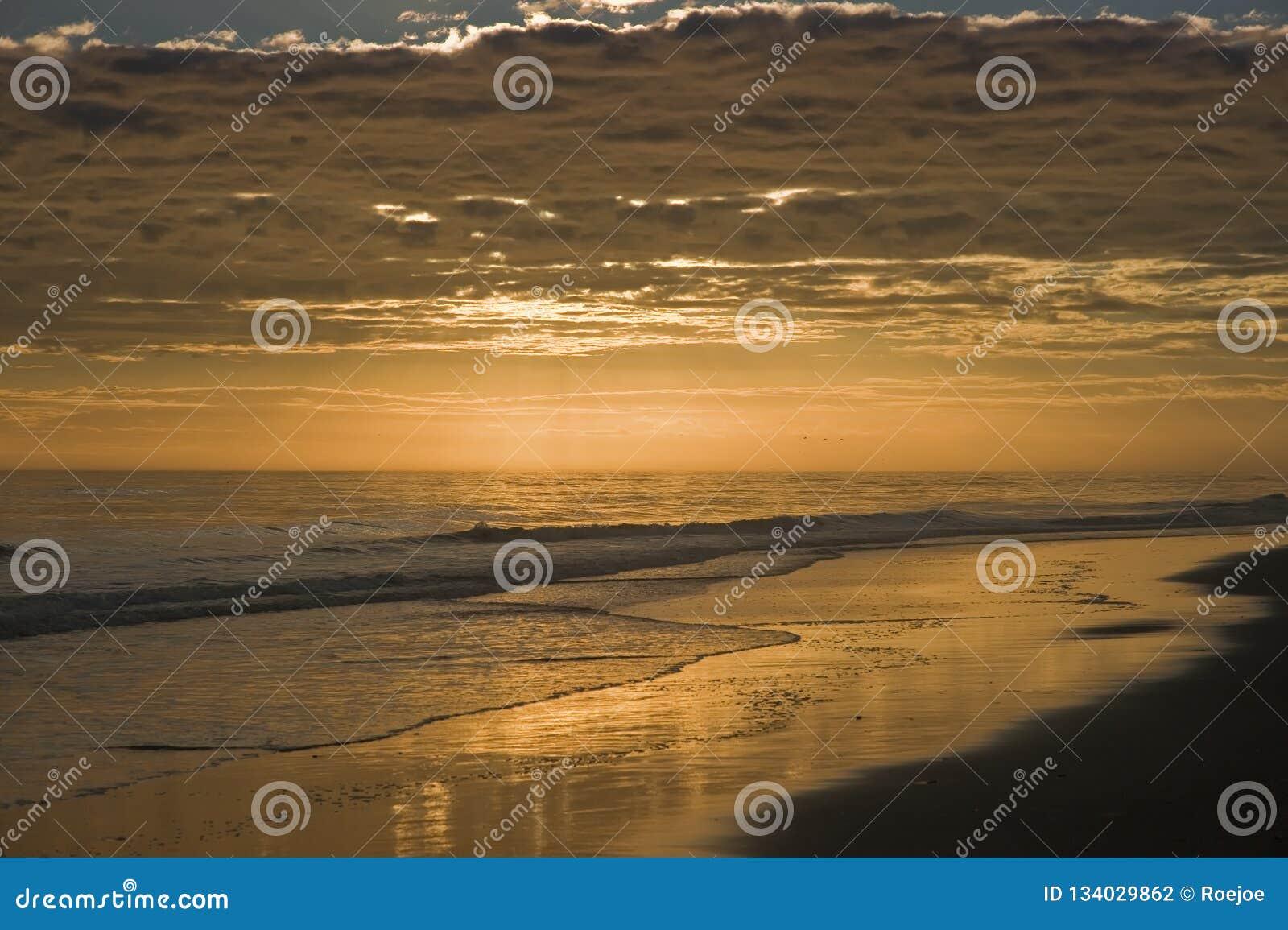 Пляж на наружных банках на заходе солнца