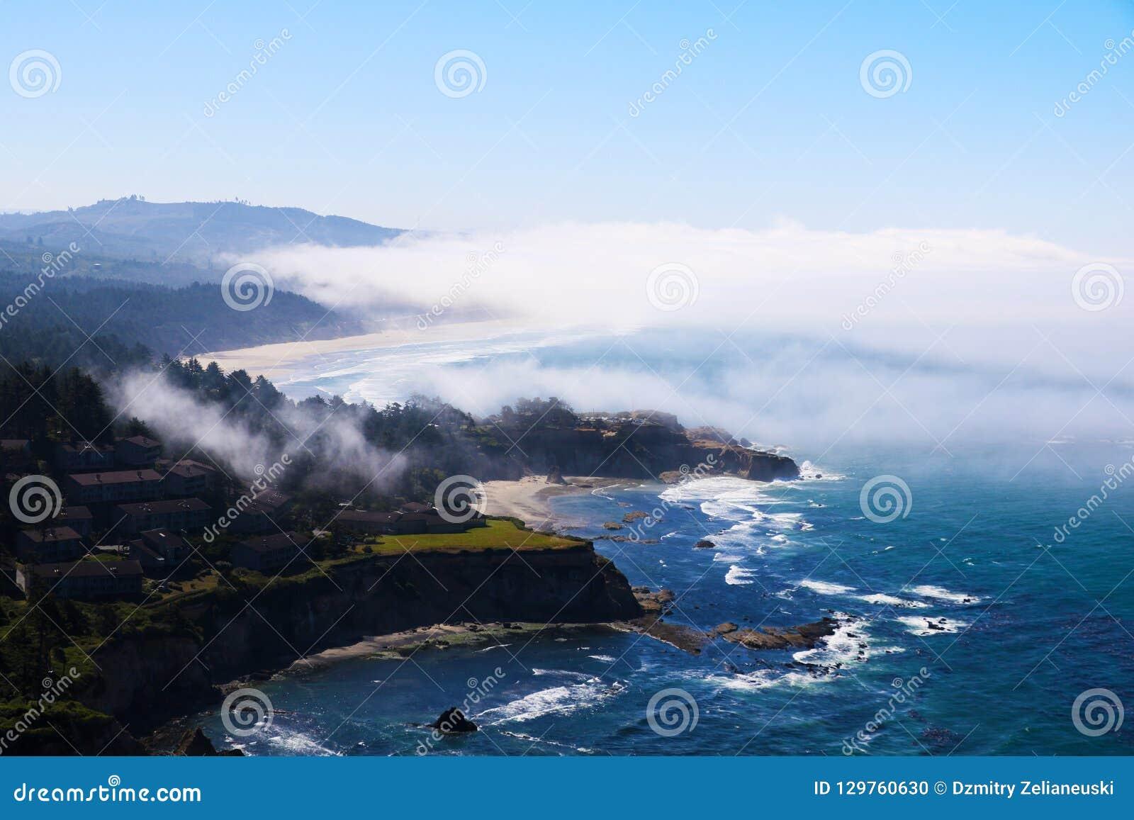 Пляж на океане, взгляд сверху Тихий океан, Калифорния