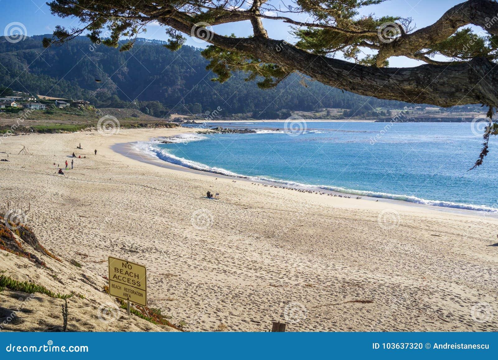Пляж положения на солнечный день, полуостров реки Carmel Carmel---моря, Монтерей, Калифорния