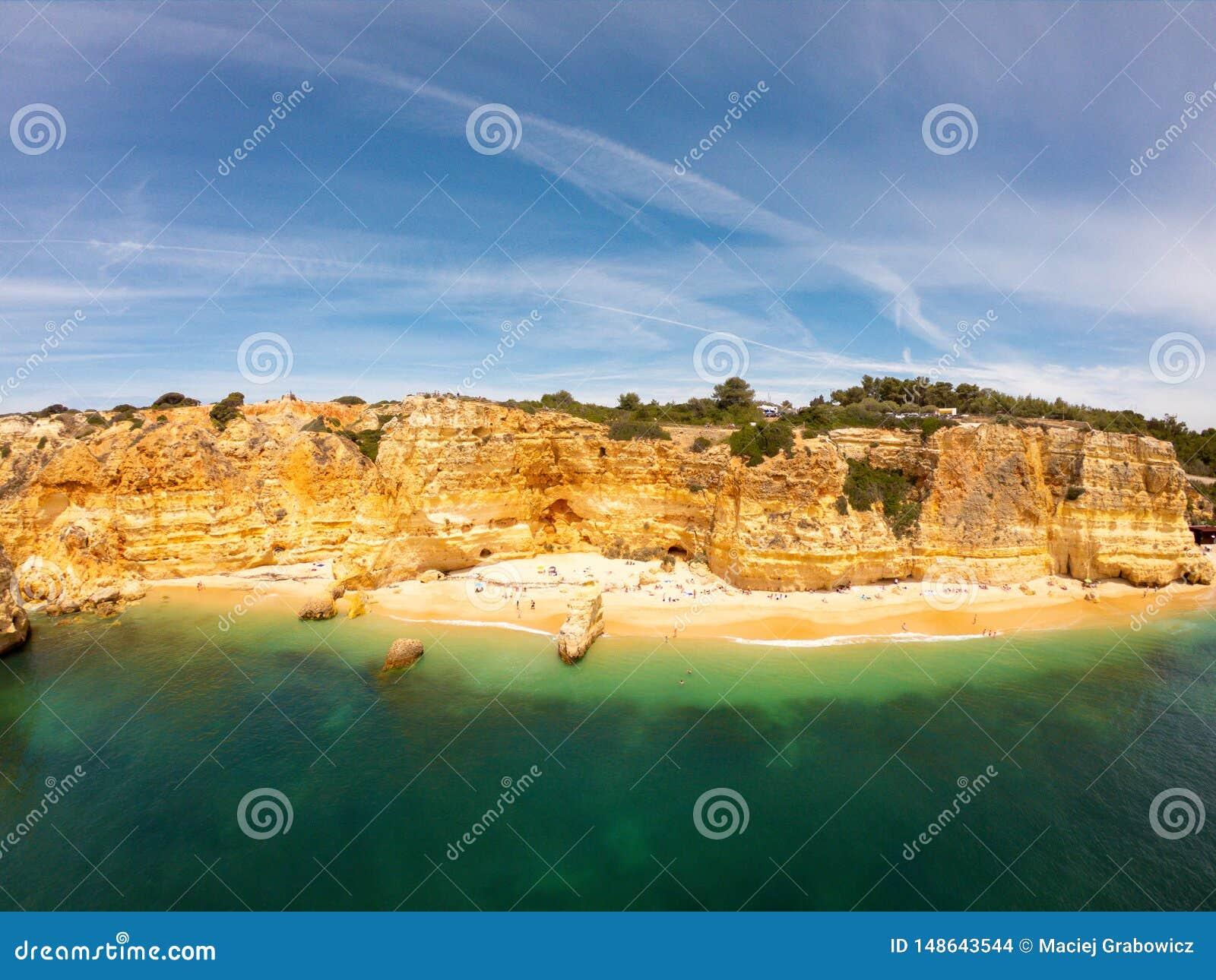Пляж Прая De Marinha Больше всего красивый в Lagoa, Алгарве Португалии Вид с воздуха на скалах и побережье Атлантического океана