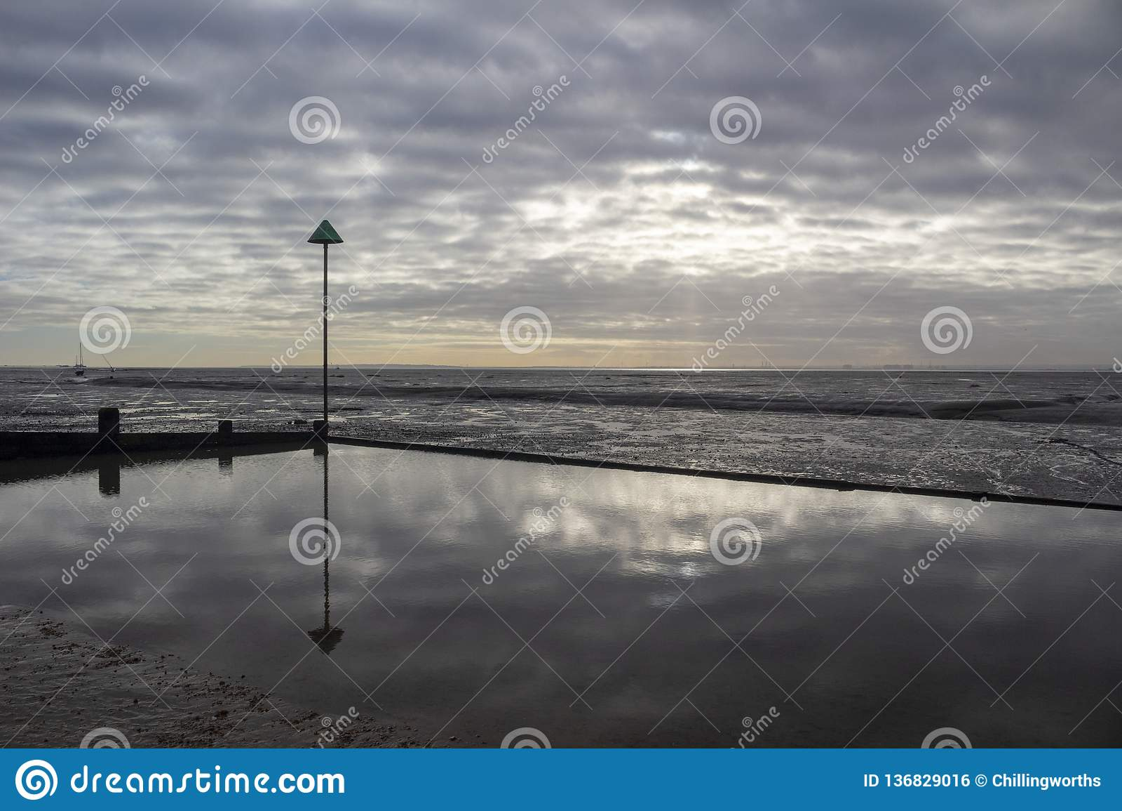 Пляж причала колокола на Leigh-на-море, Essex, Англии