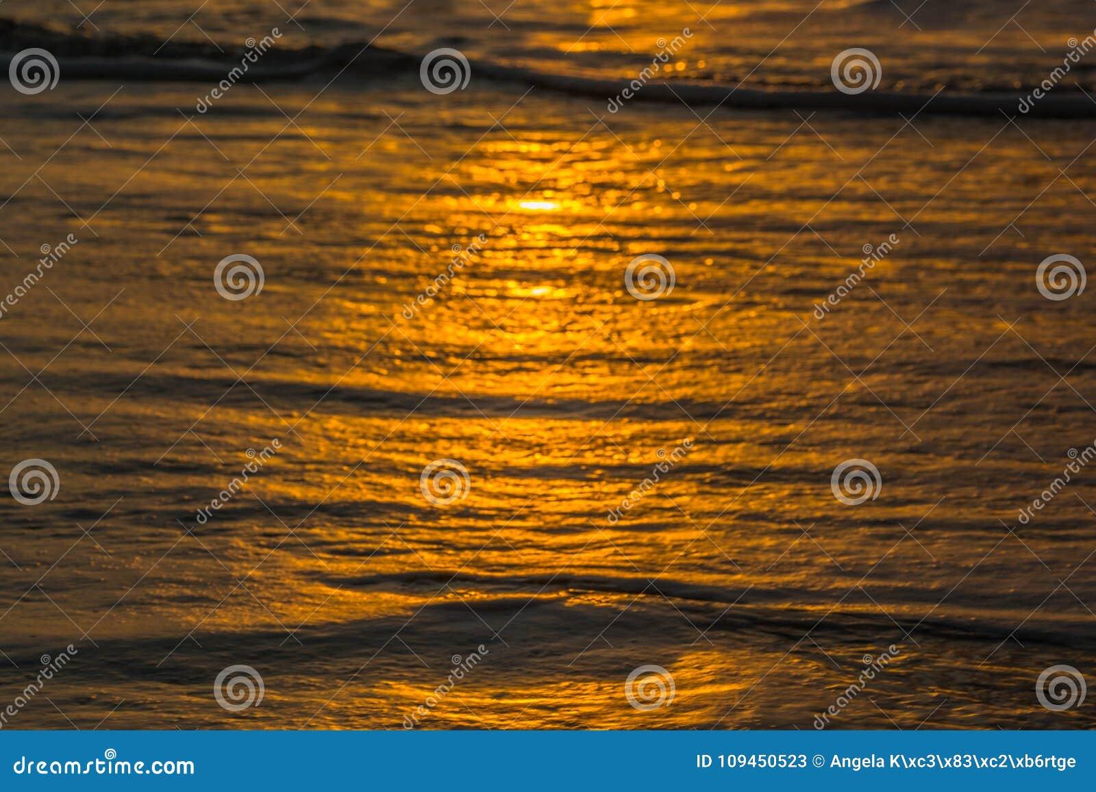 Пляж с малыми волнами на Атлантическом океане