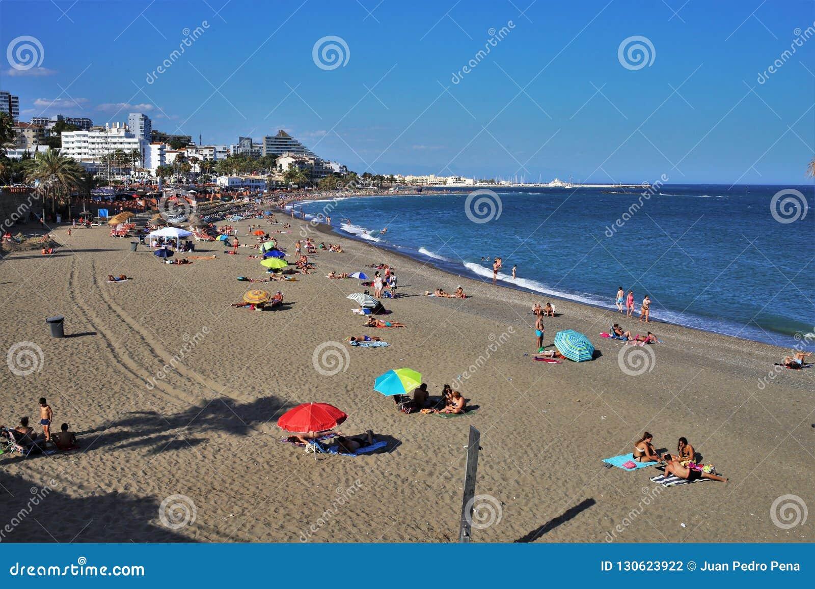 Пляж Torrebermeja в городке Benalmadena Малага