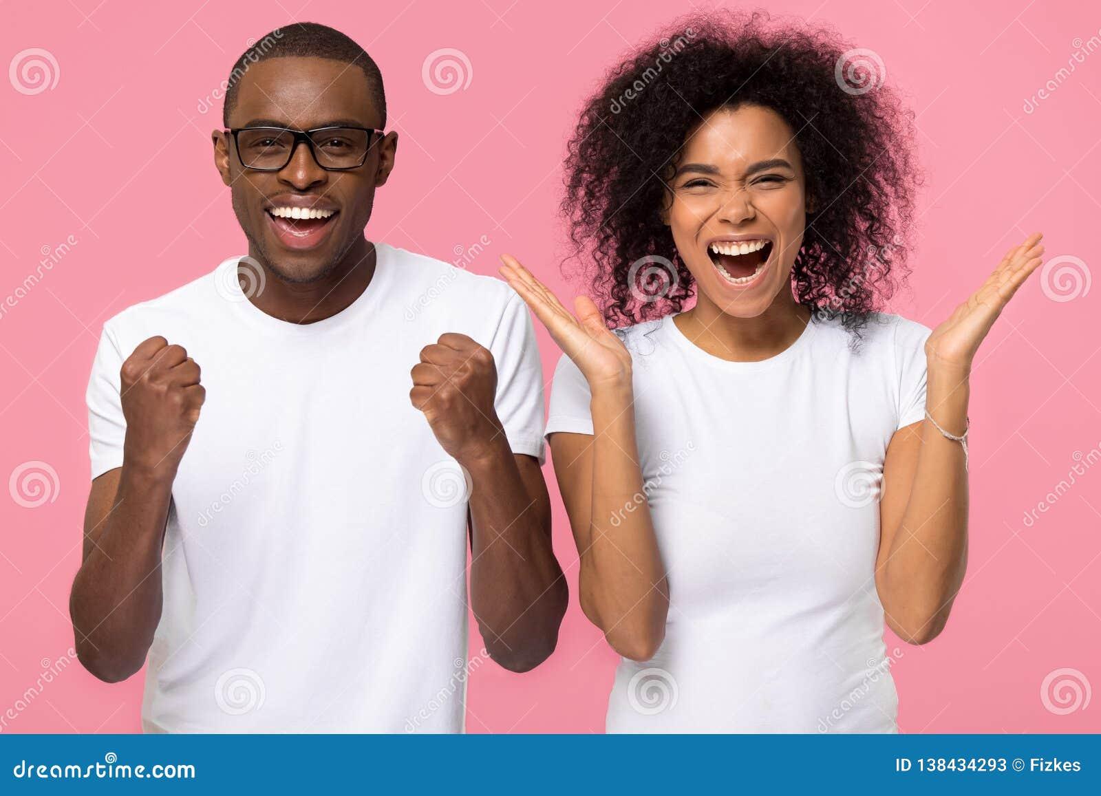 Победители пар семьи Overjoyed возбужденные Афро-американские празднуют победу