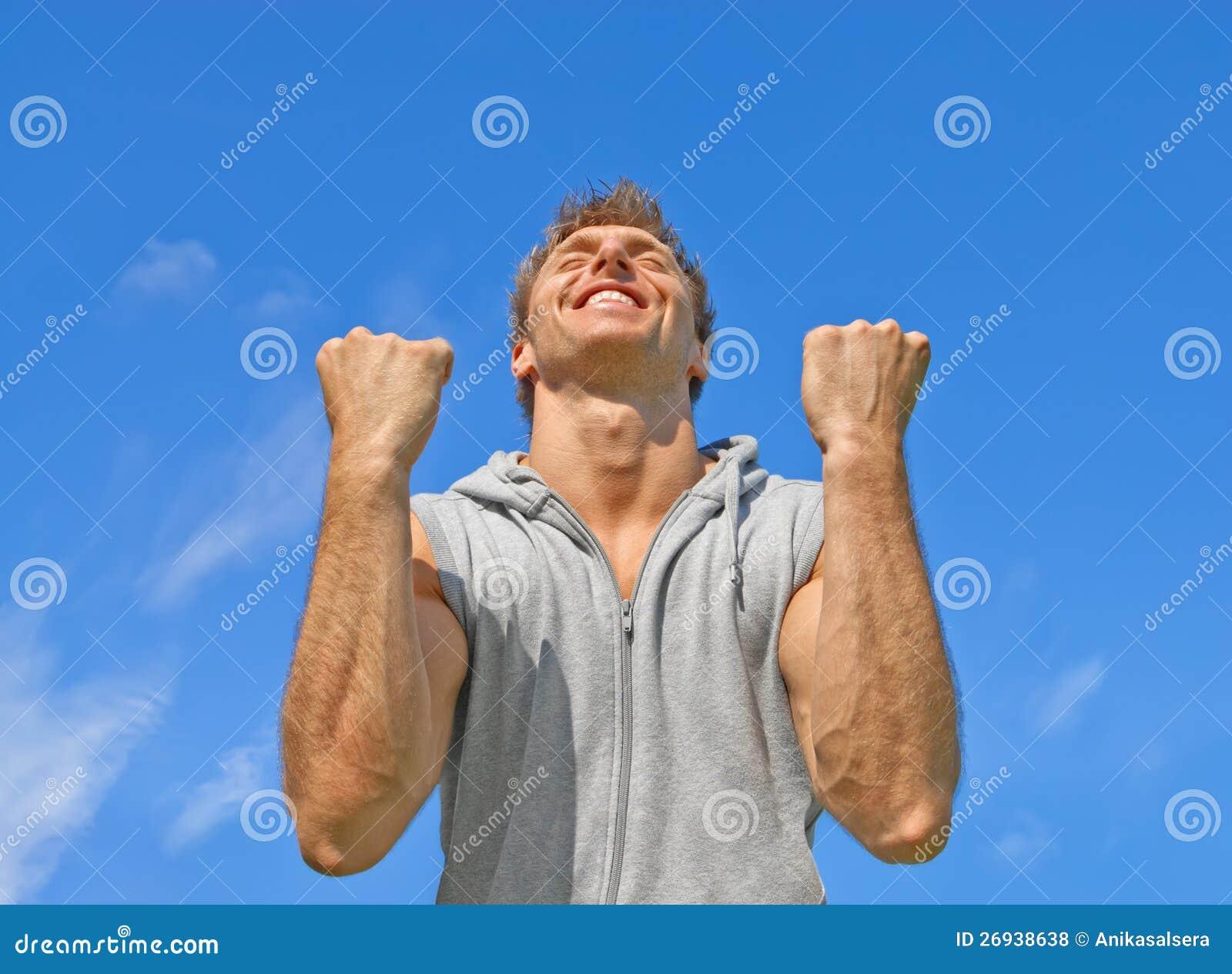 Победитель, счастливый напористый молодой человек