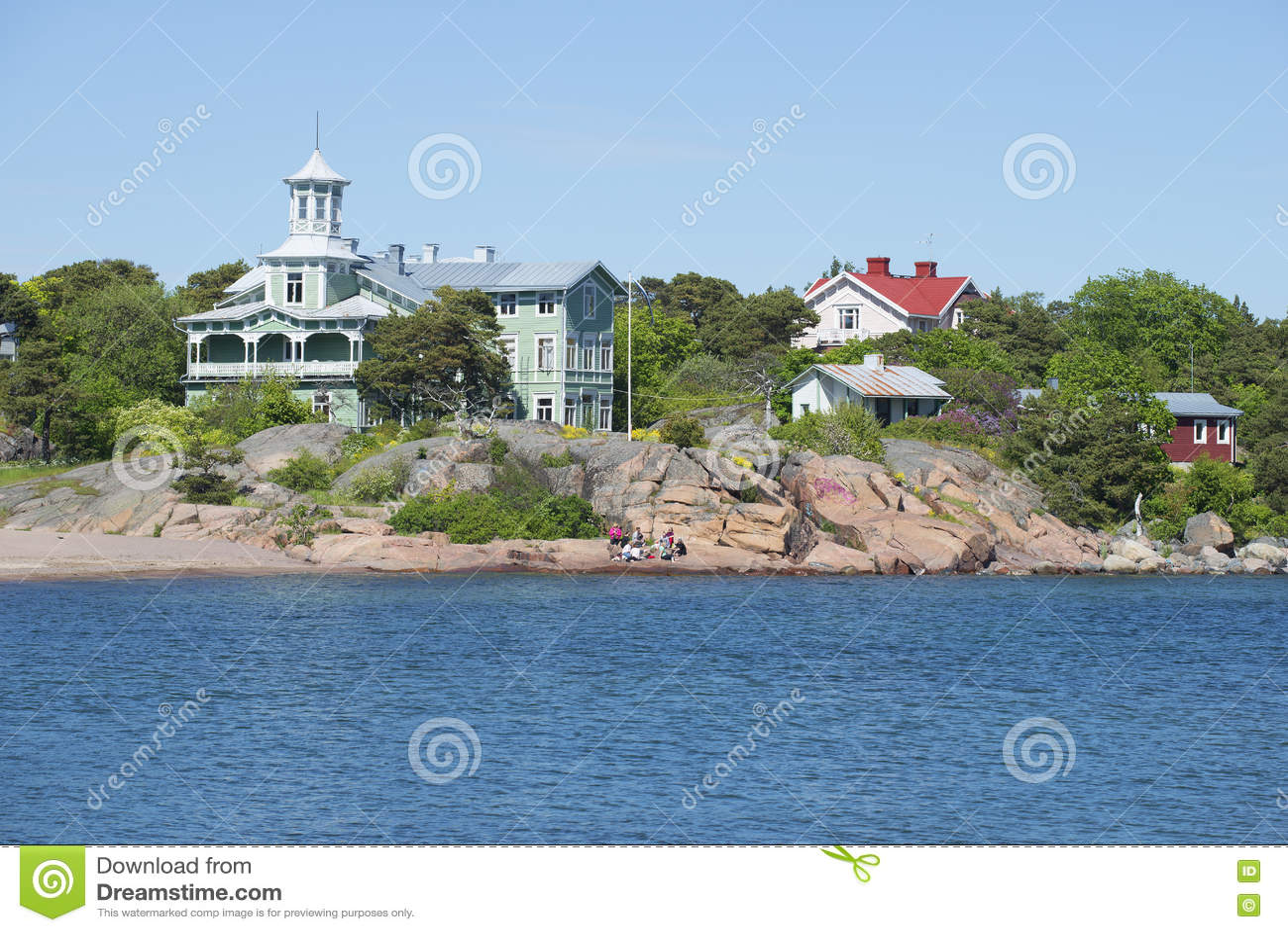 Побережье полуострова Hanko на солнечный летний день Финляндия
