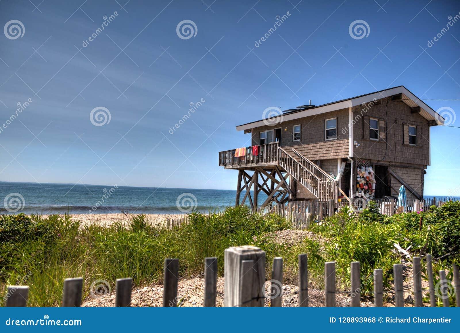Побережь дом в Род-Айленде смотря вне на Атлантическом океане