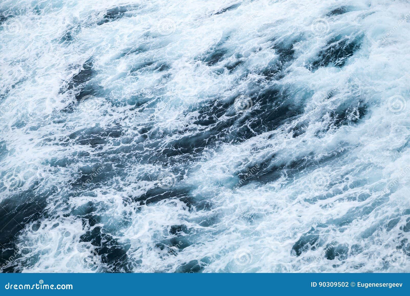 Поверхность воды океана с пеной и волнами