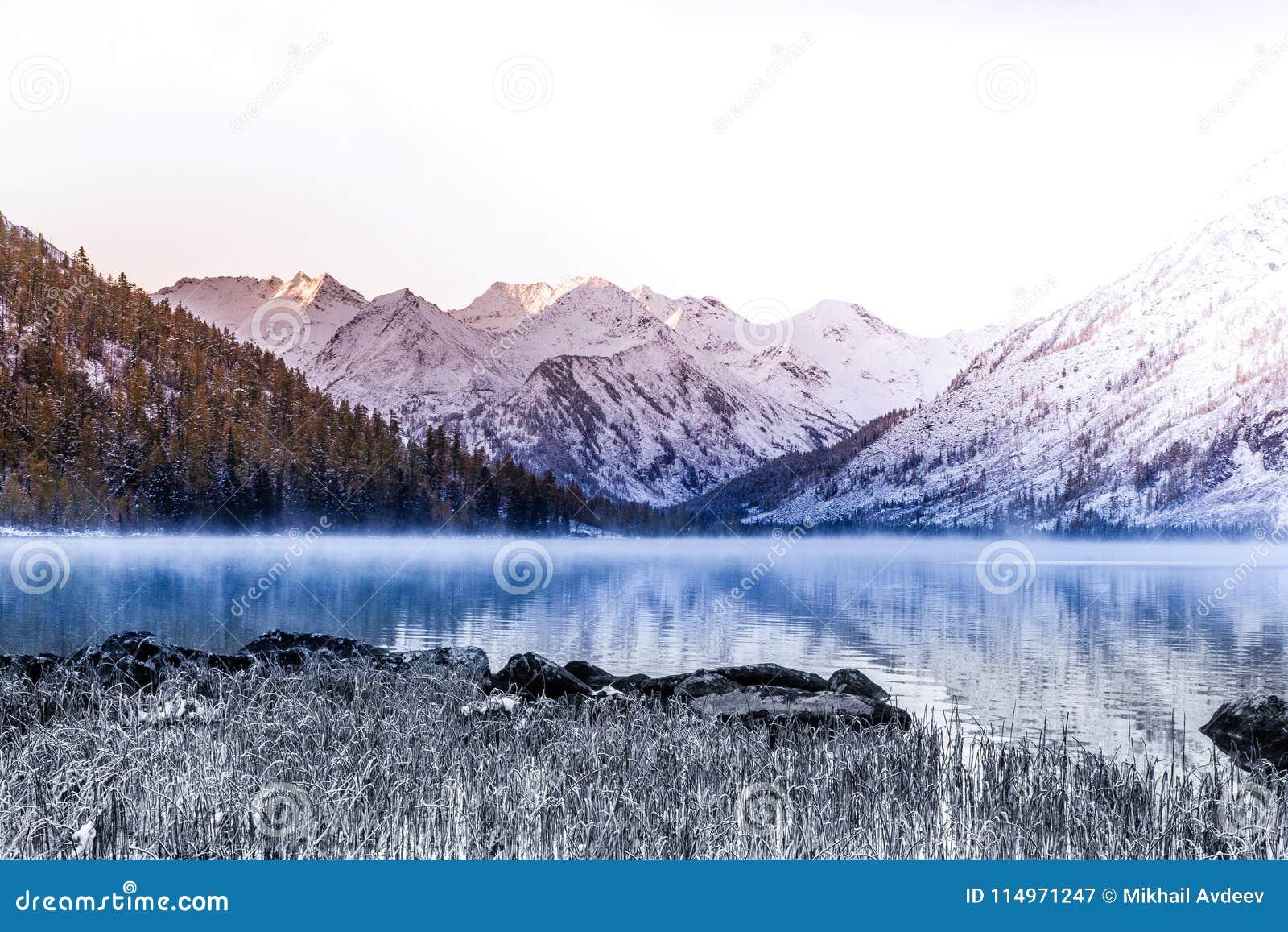 Поверхность зеркала озера горы Красивая природа, отключение к горам в национальном парке в республике Altai