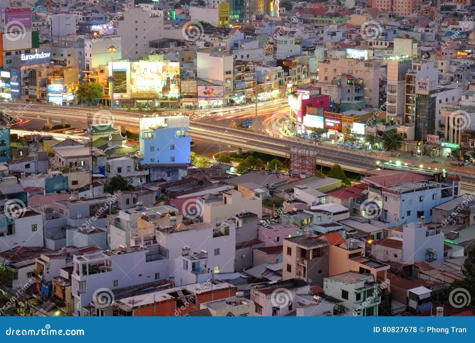 Повисните эстакаду пересечения Xanh в сумерк, Хошимине, Вьетнаме
