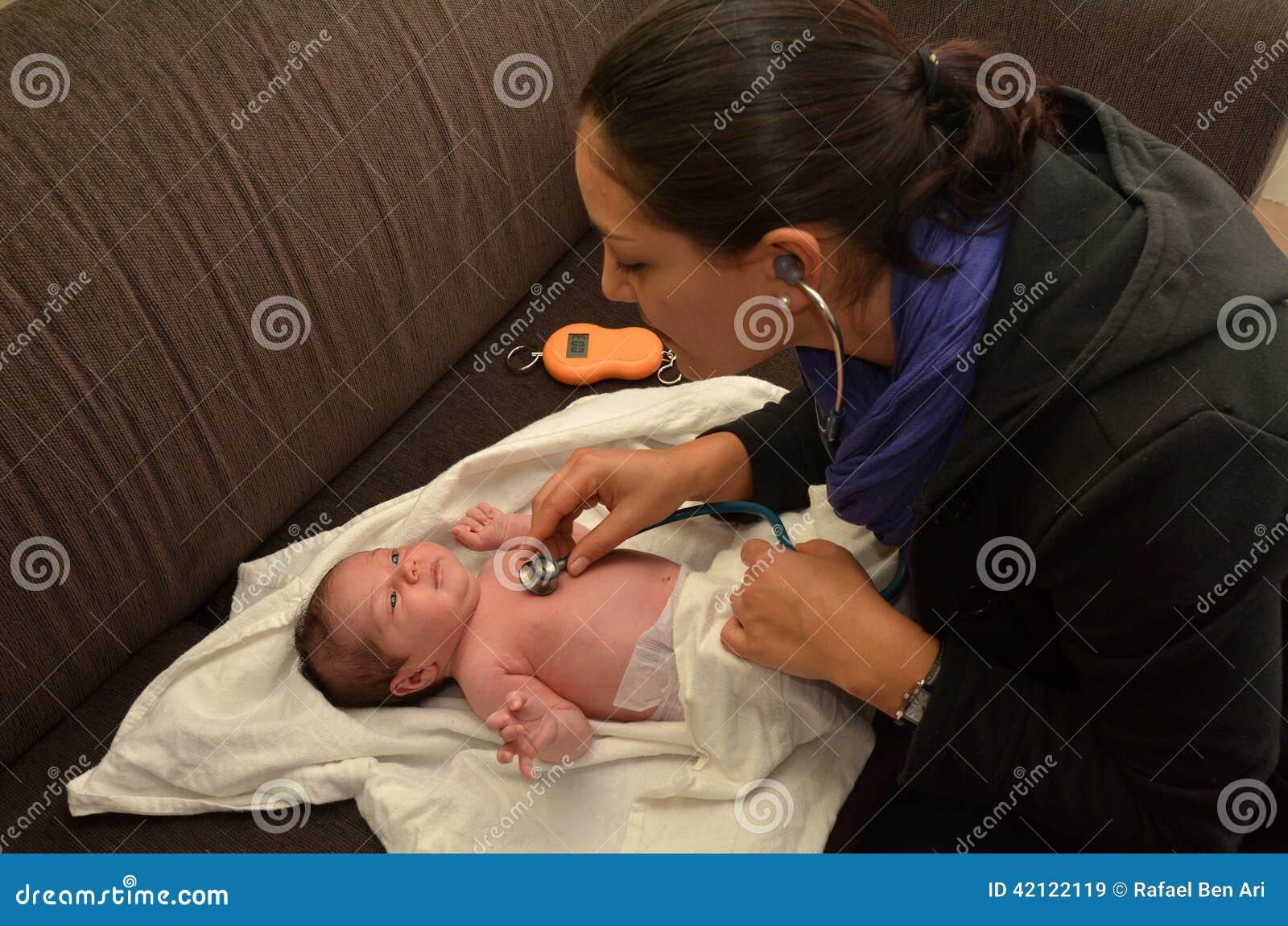 Повитуха проверяет newborn сердцебиение младенца