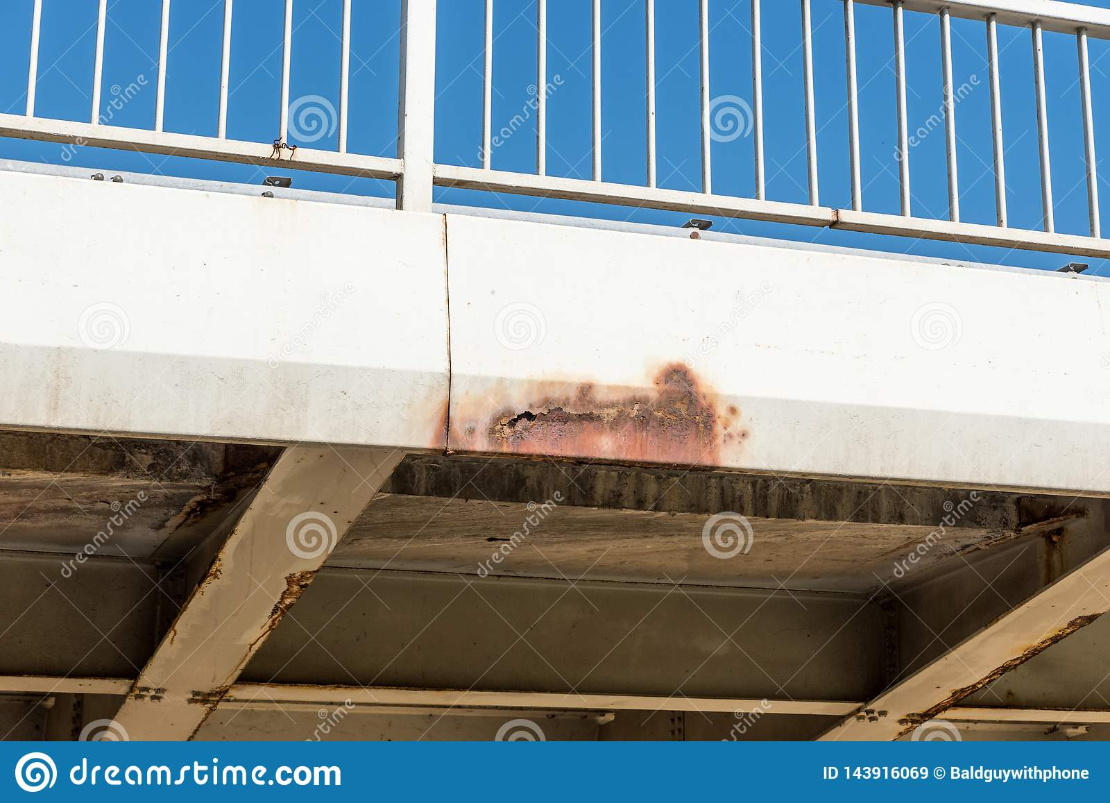Поврежденное и заржаветое строительство моста металла с ржавчиной и корозия на соединенной части с опасностью болтов для пользы в