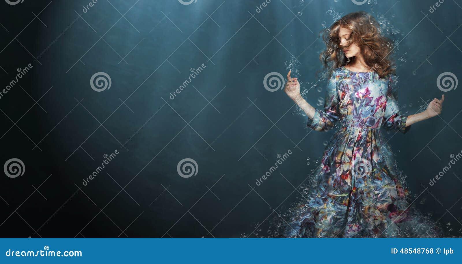 погружение Женщина в темносинем море фантазия
