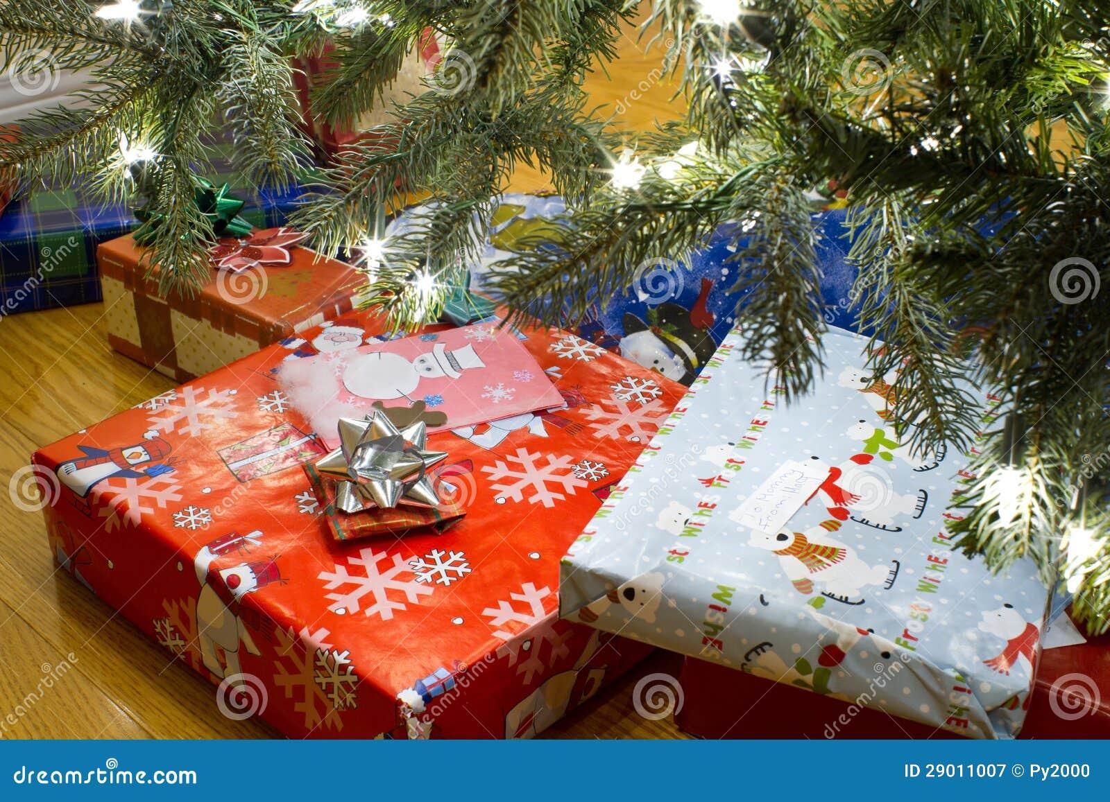 Подарки под рождественской елкой