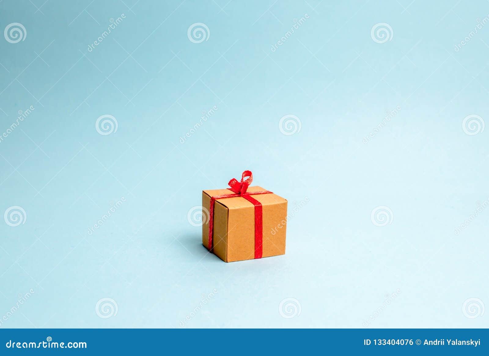 подарок голубой коробки предпосылки minimalism Подход праздников или дня рождения Нового Года Продажа подарков, особенное продвиж