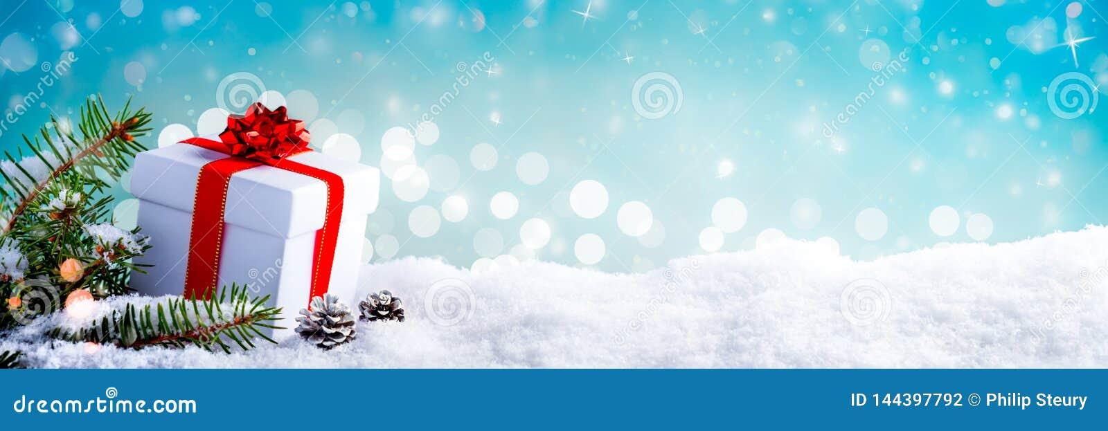 Подарок рождества в снеге