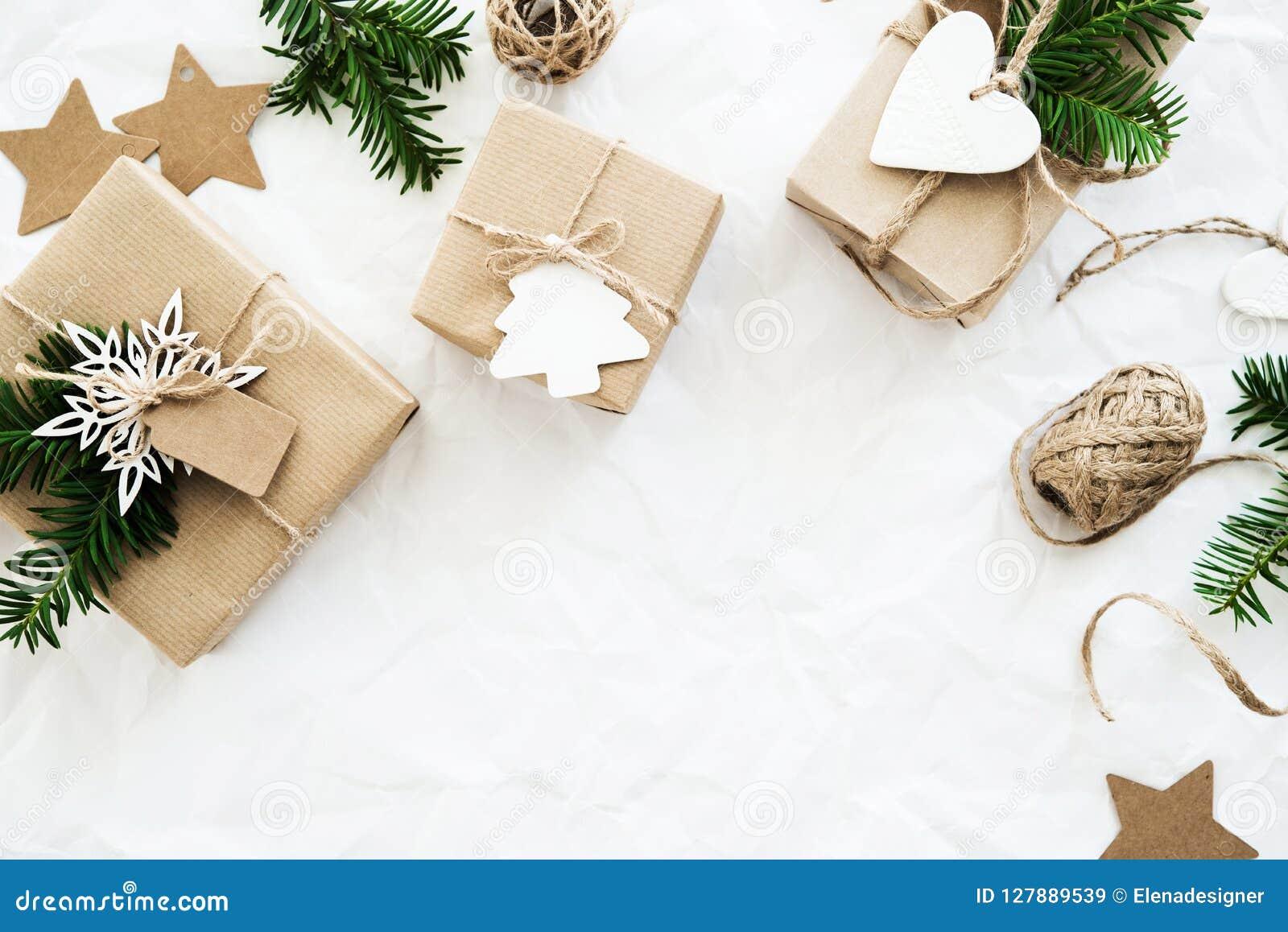 Подарочные коробки рождества handmade на белом взгляд сверху предпосылки С Рождеством Христовым поздравительная открытка, рамка Т