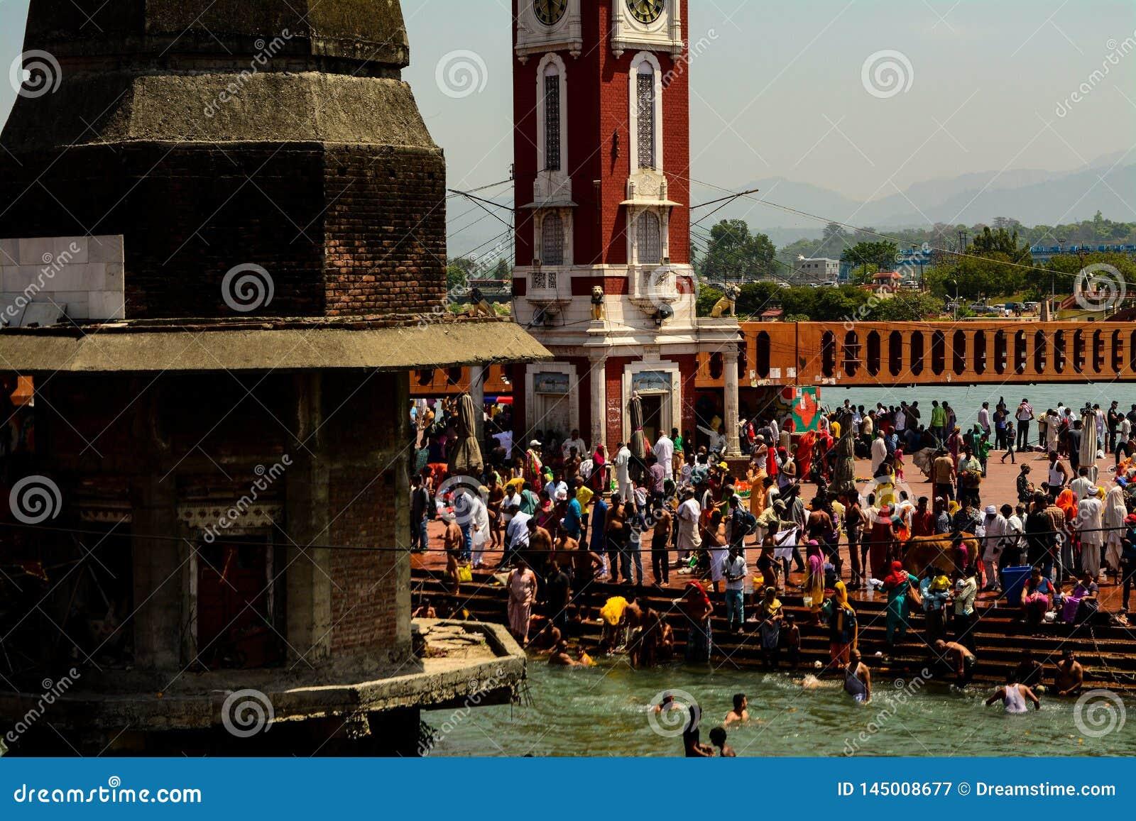 Подвижники на реке Ganga