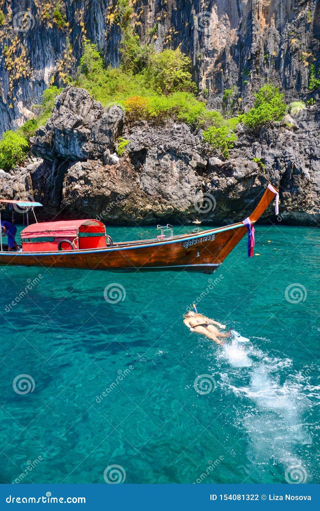 Подводное плавание на предпосылке шлюпки longtail шлюпки тайской