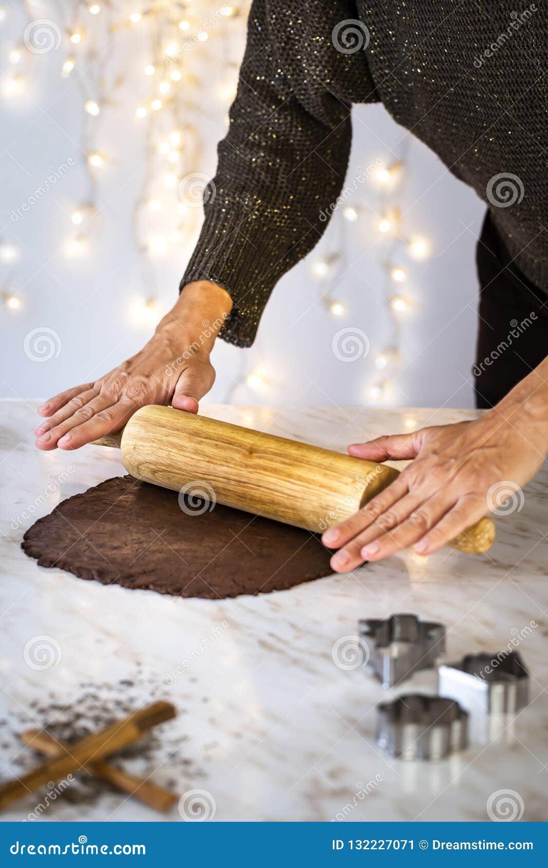 Подготавливающ печенья рождества дома