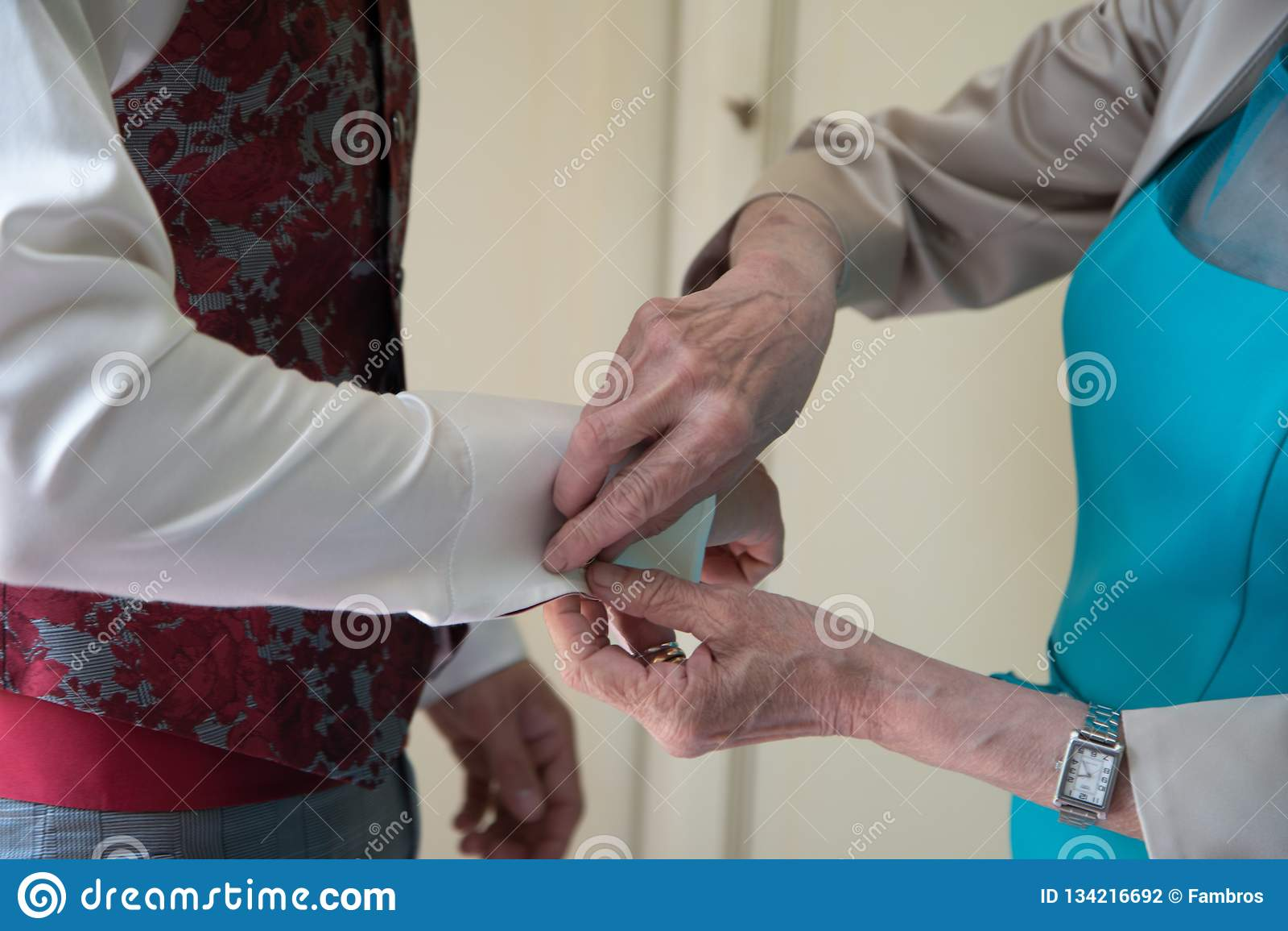 Подготовка утра Groom Выхольте получать одетый в рубашке свадьбы с деревянной бабочкой