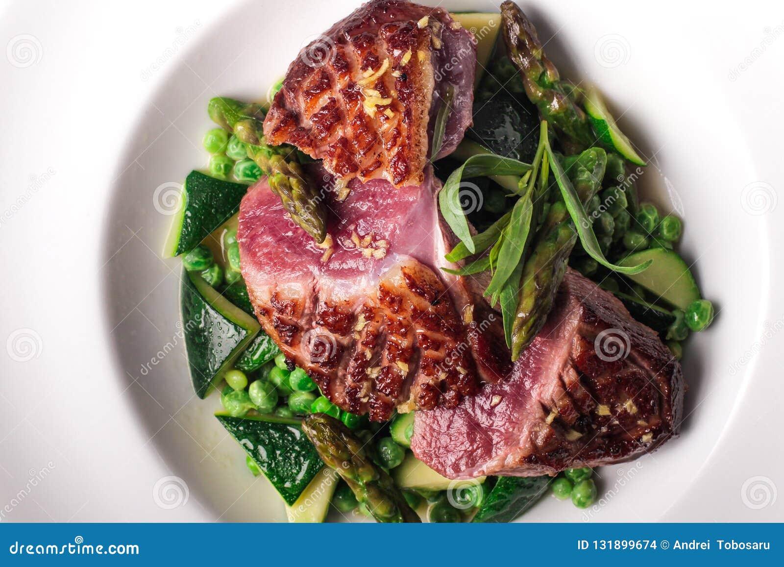 Подготовленный стейк говядины с vegetable украшением