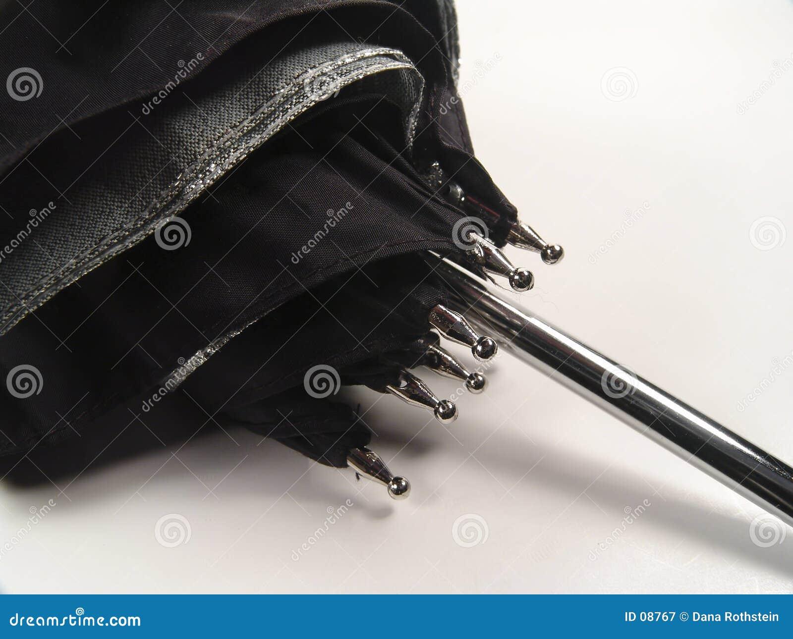 поддерживает зонтик