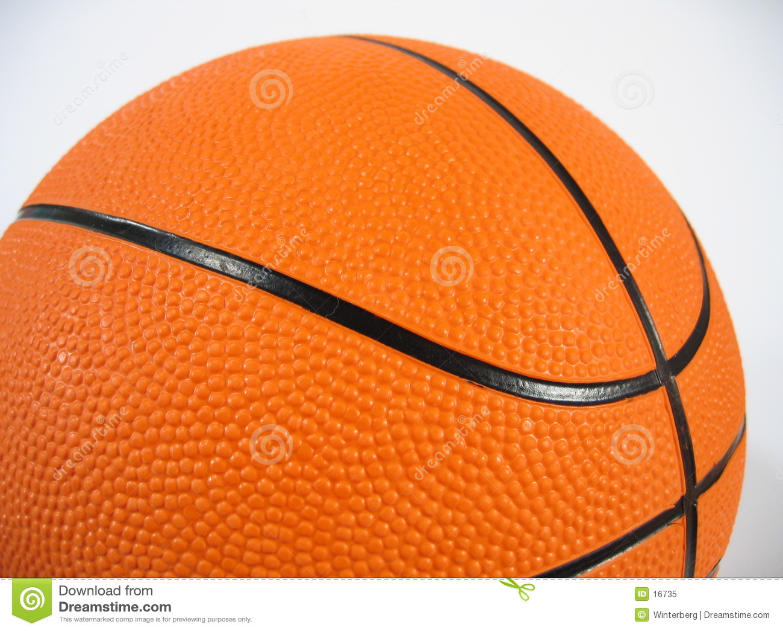 поднимающее вверх баскетбола близкое