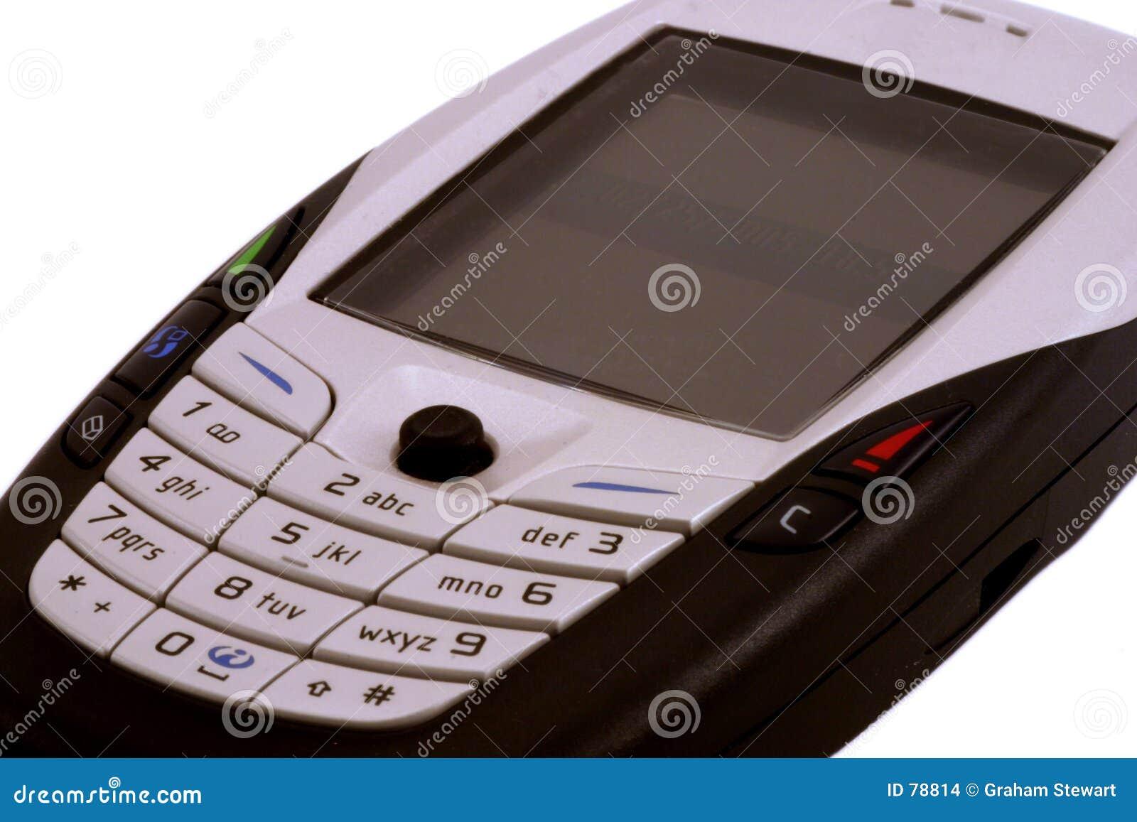 поднимающее вверх мобильного телефона близкое