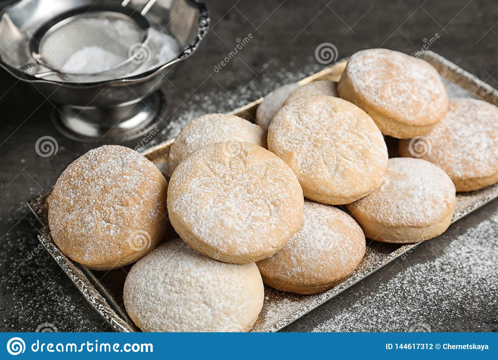 Поднос традиционных печений на исламские праздники на таблице