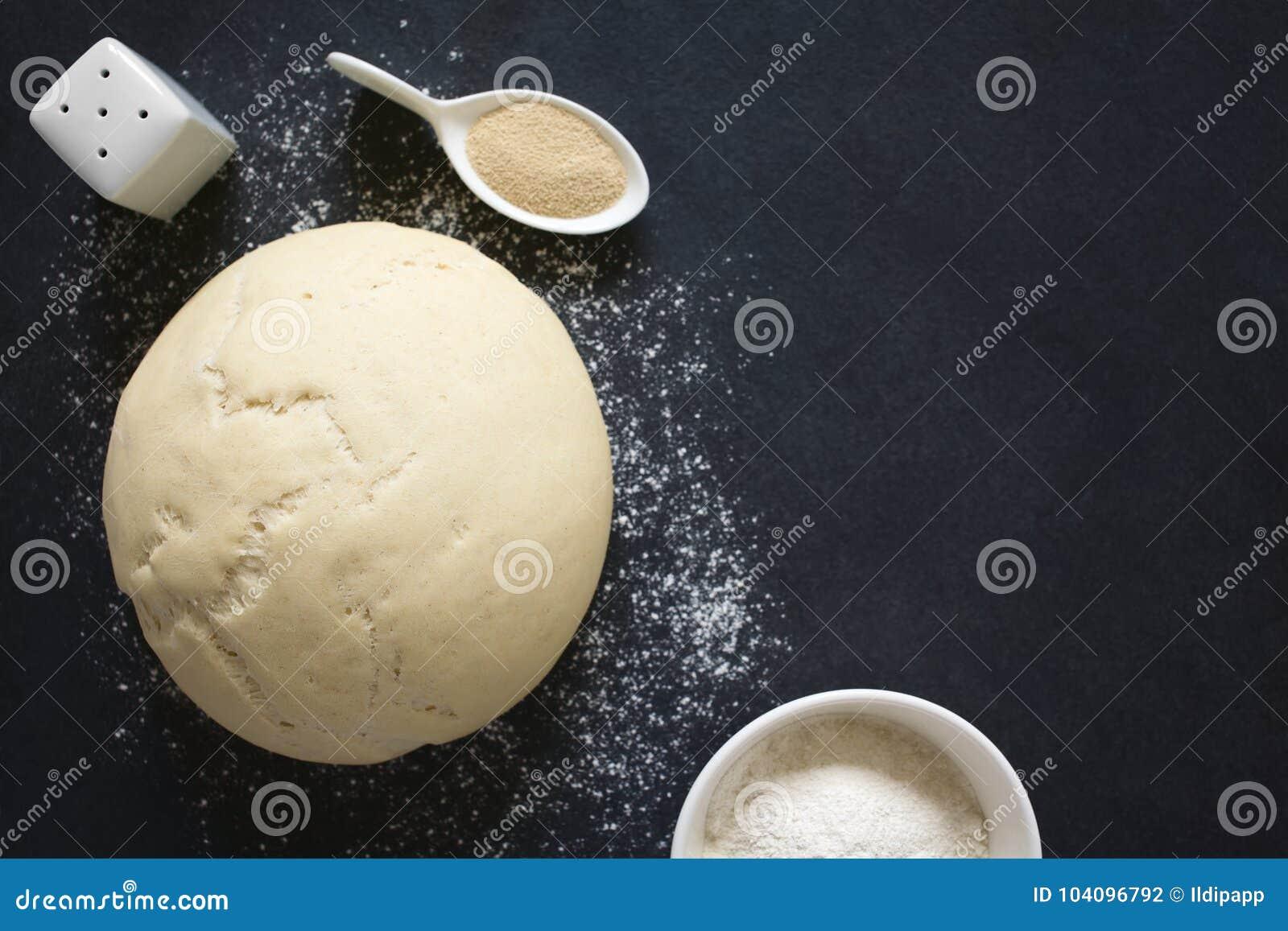 Поднятое или доказанное тесто дрожжей для хлеба или пиццы