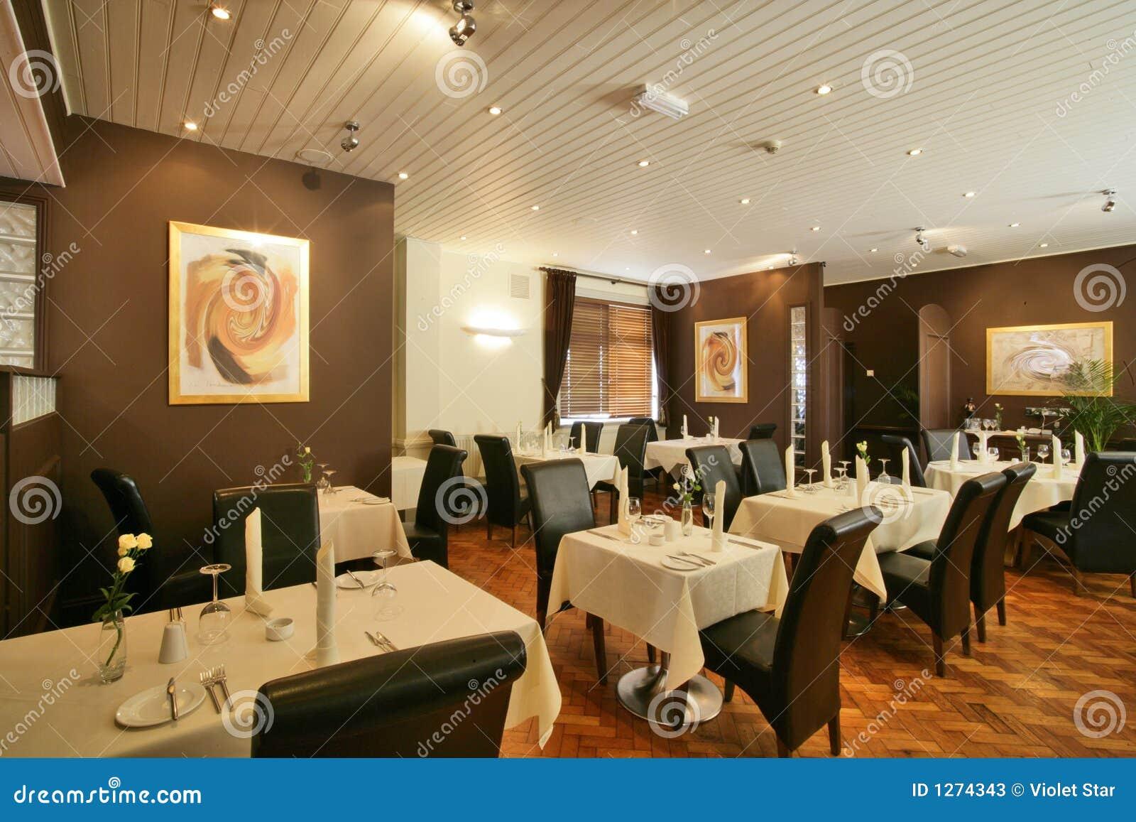 подпертый ресторан коричневых стулов высокий