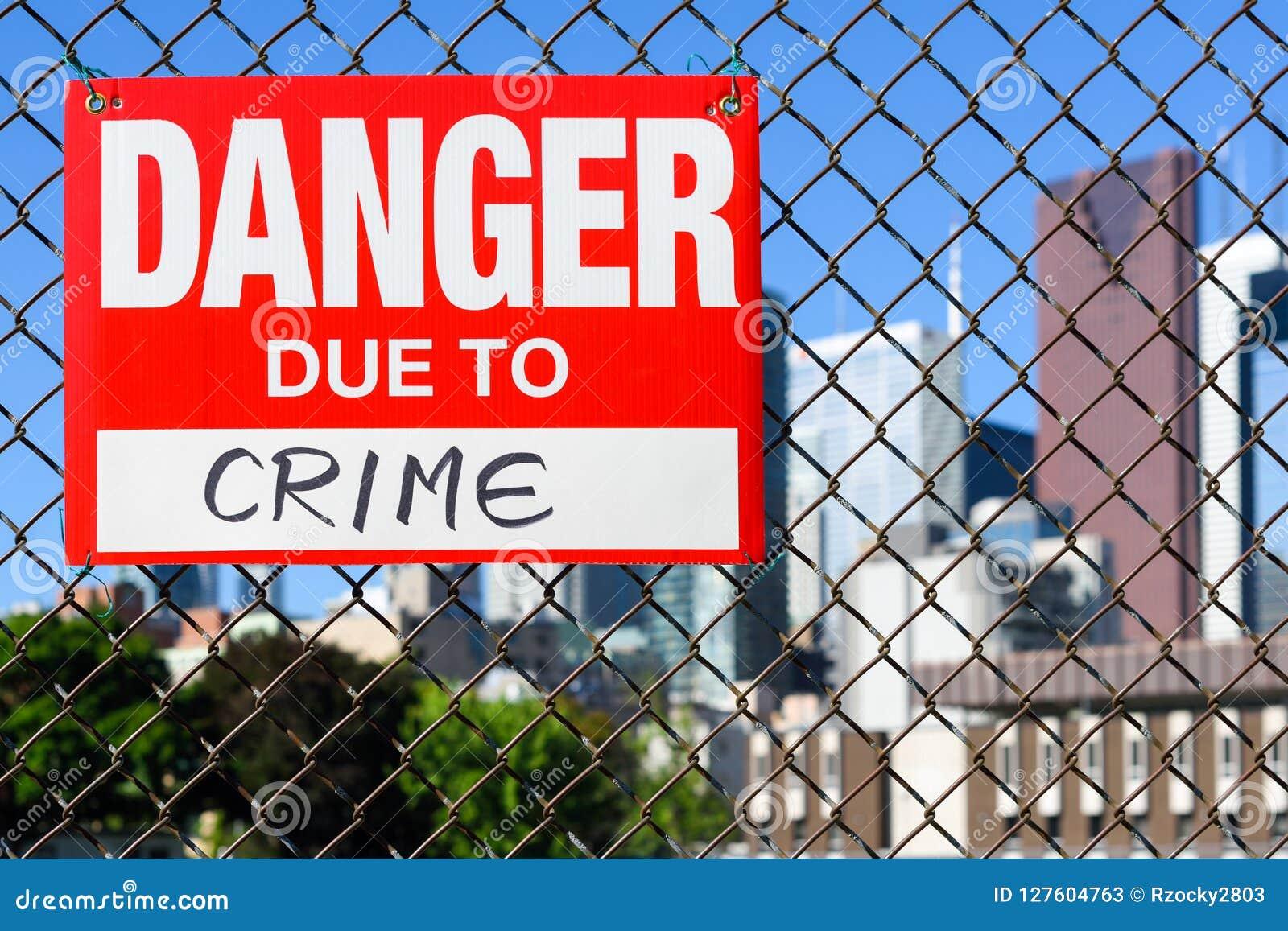 Подпишите опасность должную к смертной казни через повешение злодеяния на загородке