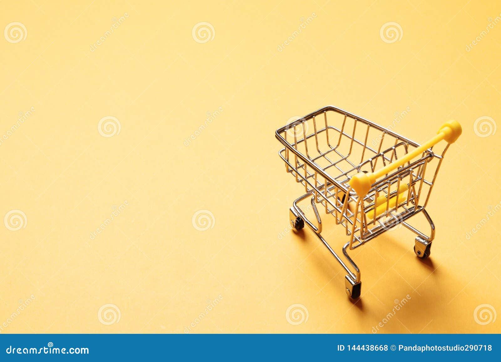 Подпрыгивая тележка на желтой предпосылке