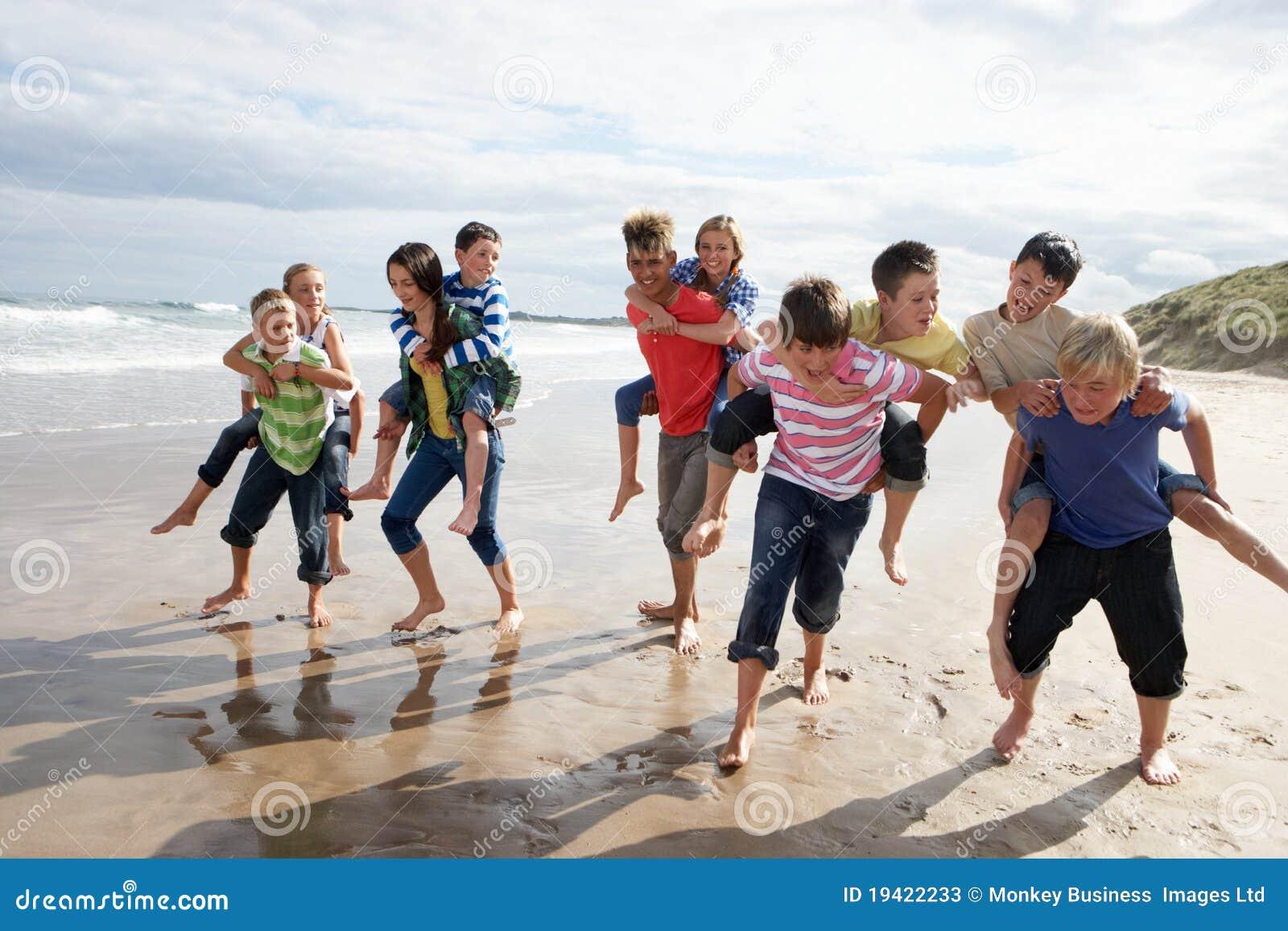 Подростки играя piggyback