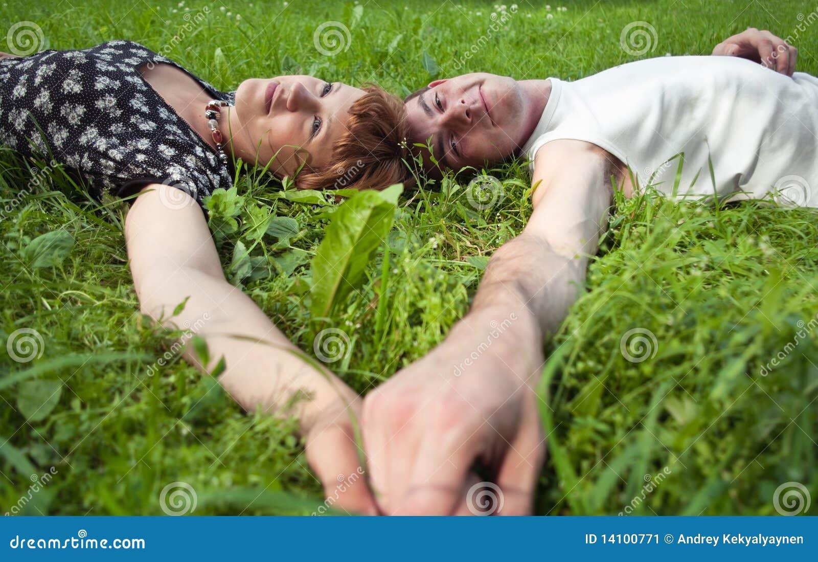 подростки пар любящие молодые