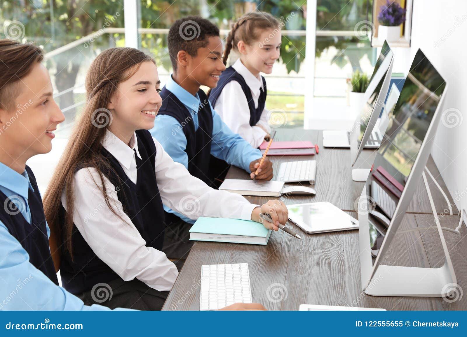 Подростковые студенты в стильной школьной форме