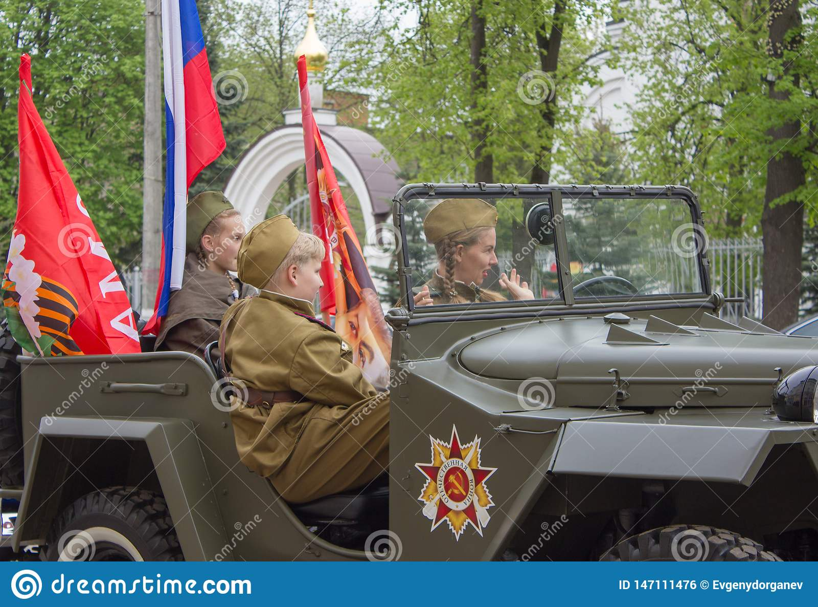 Подросток в форме русского солдата в военном автомобиле