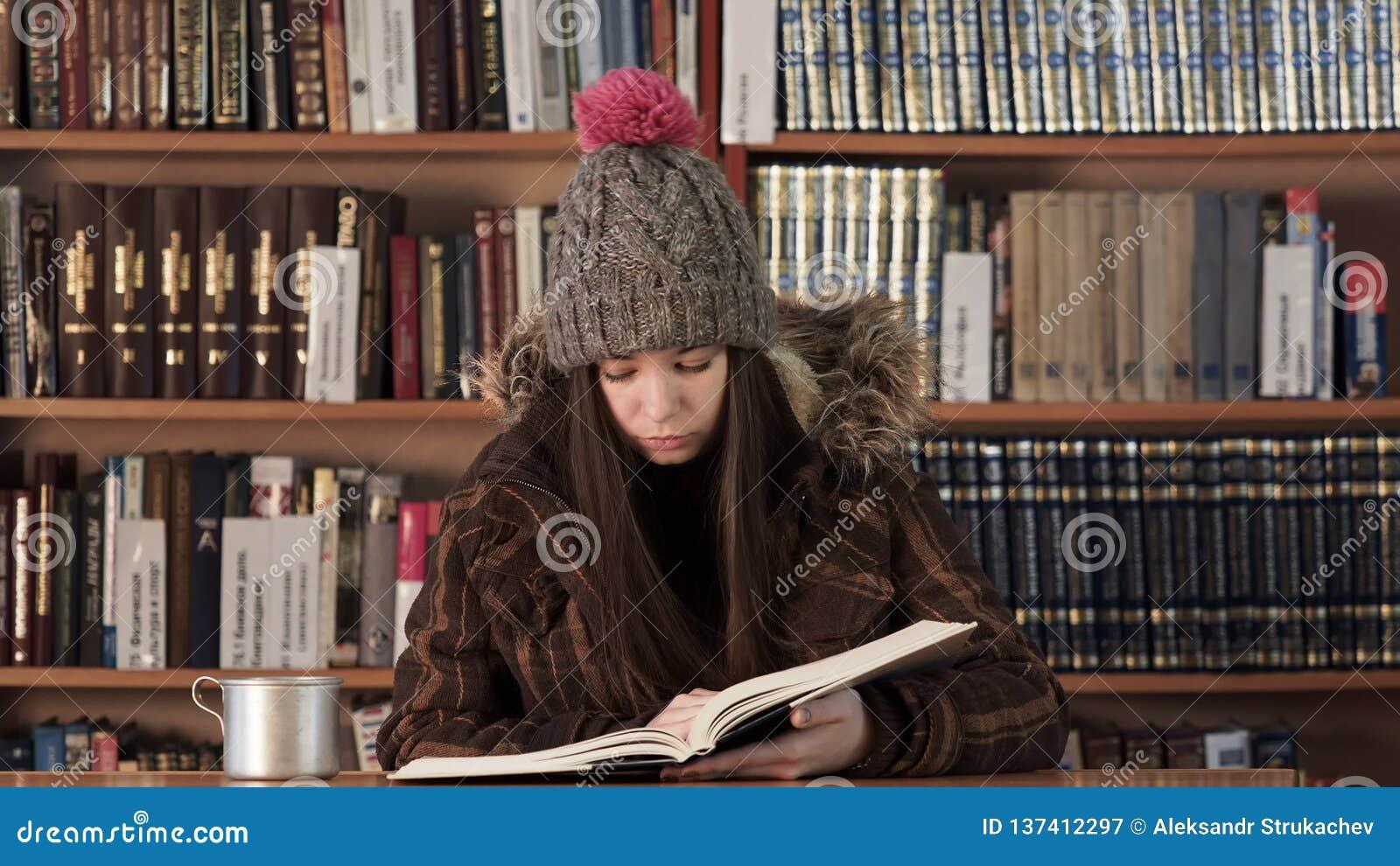 Подросток в шляпе зимы прочитал текст в лобби гостиницы видеоматериал