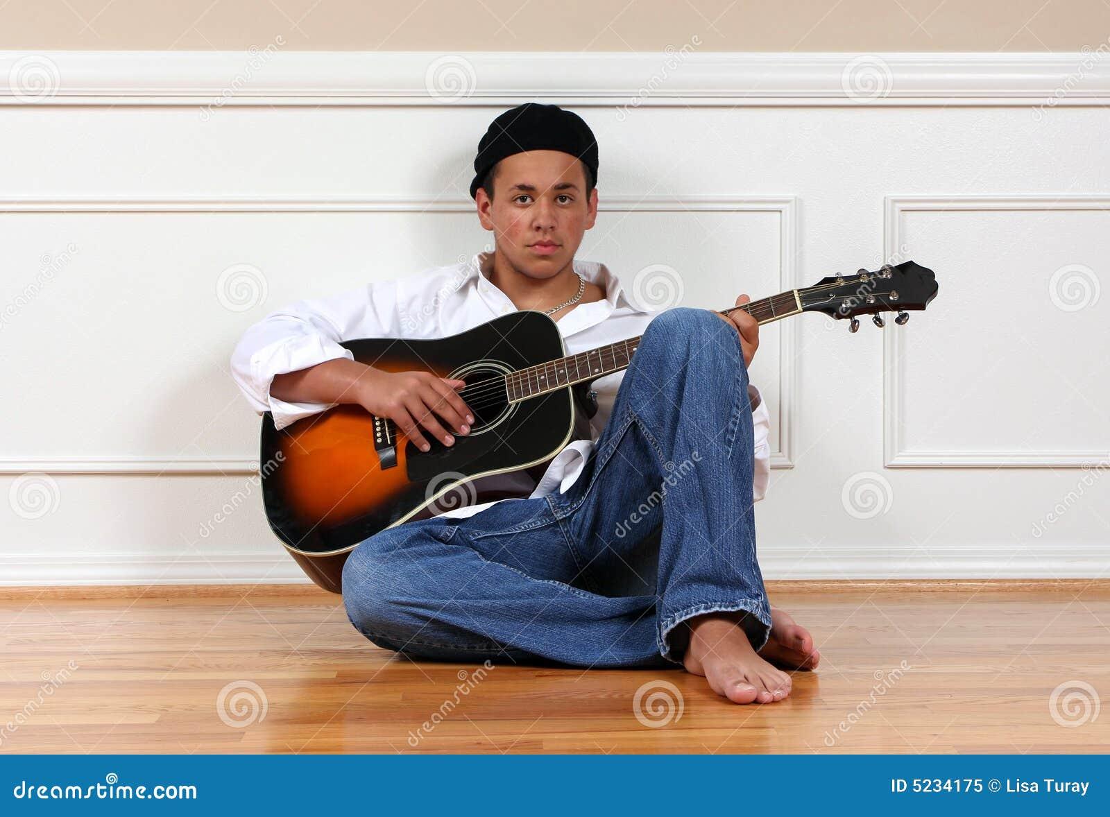 подросток гитары