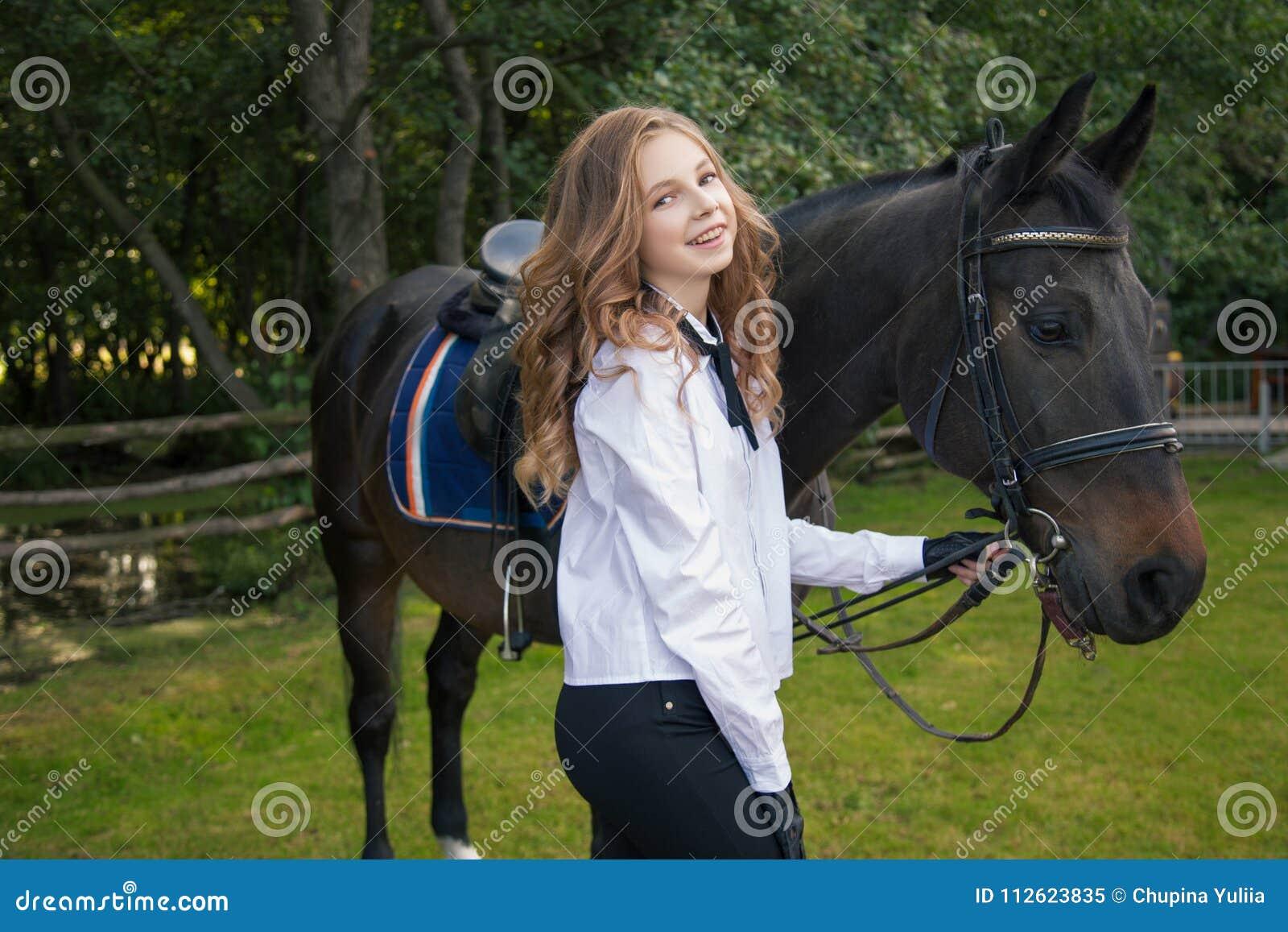 Подросток девушки с лошадью