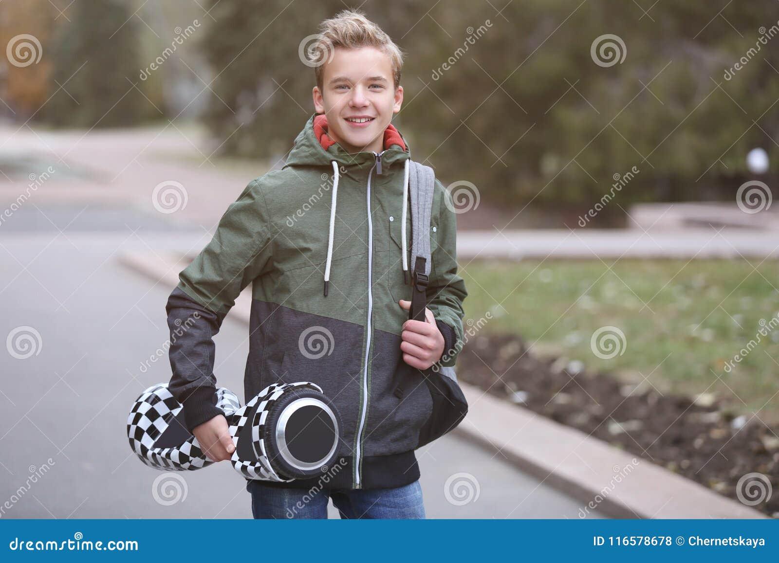 Подросток с gyroscooter в парке