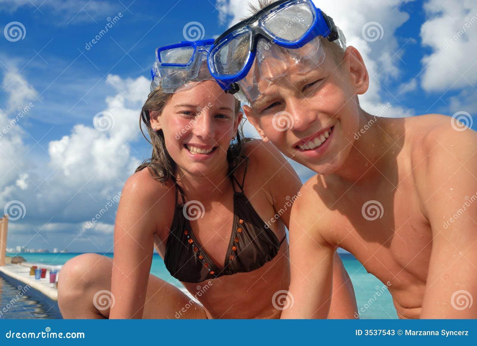 подросток snorkel пляжа счастливый