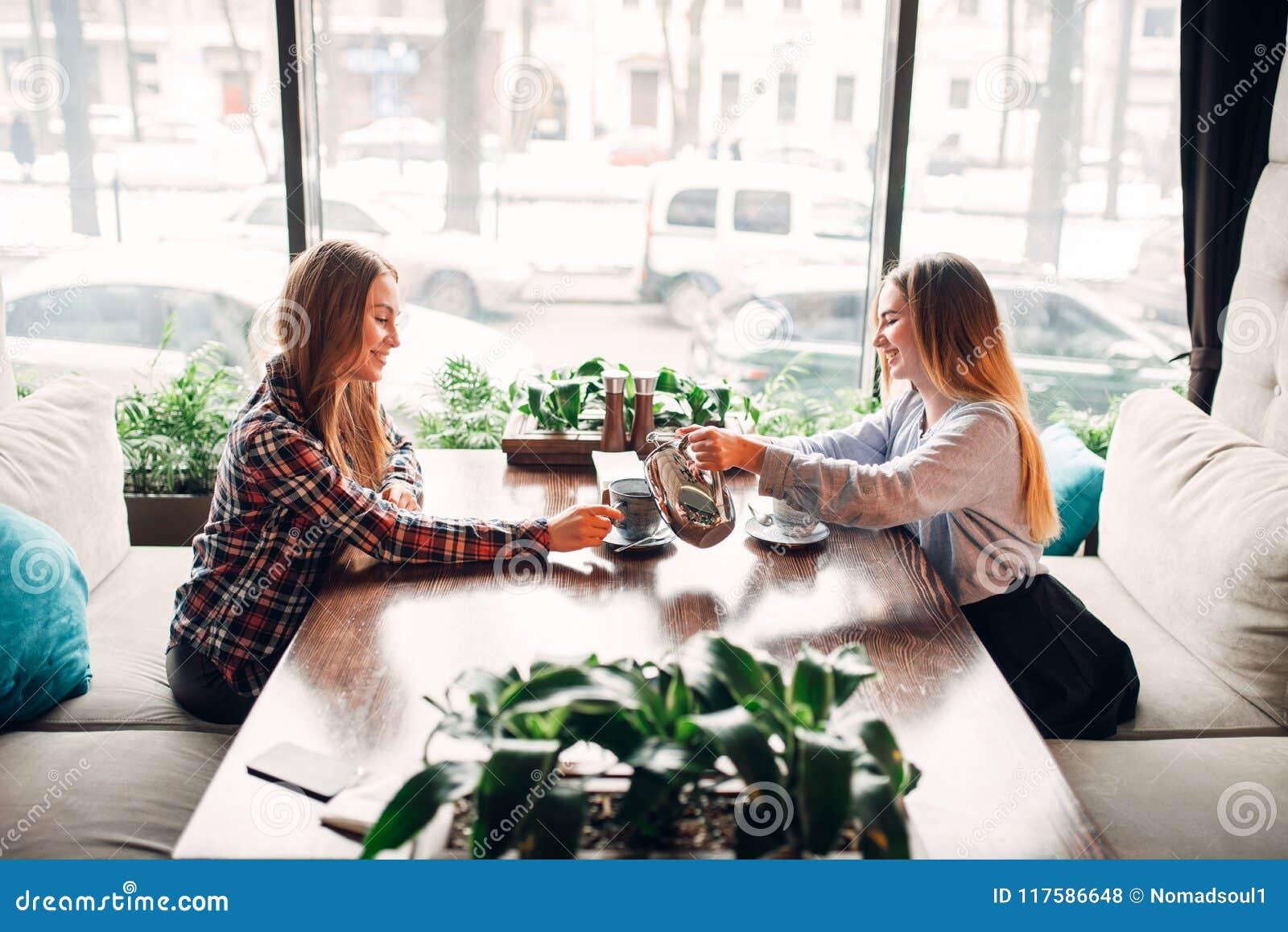 2 подруги встречали в кафе для того чтобы выпить кофе