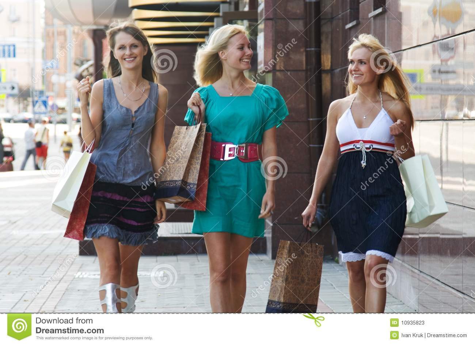подруги ходя по магазинам 3 гуляя