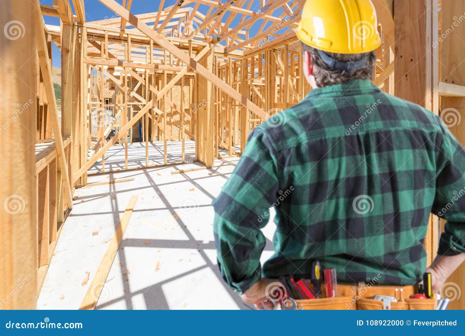 Подрядчик стоя внутренний обрамлять конструкции нового дома