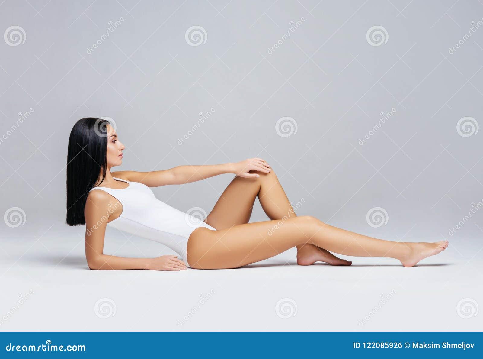 Подходящая и sporty девушка в белом купальнике Спорт, фитнес, диета, потеря веса и концепция здравоохранения