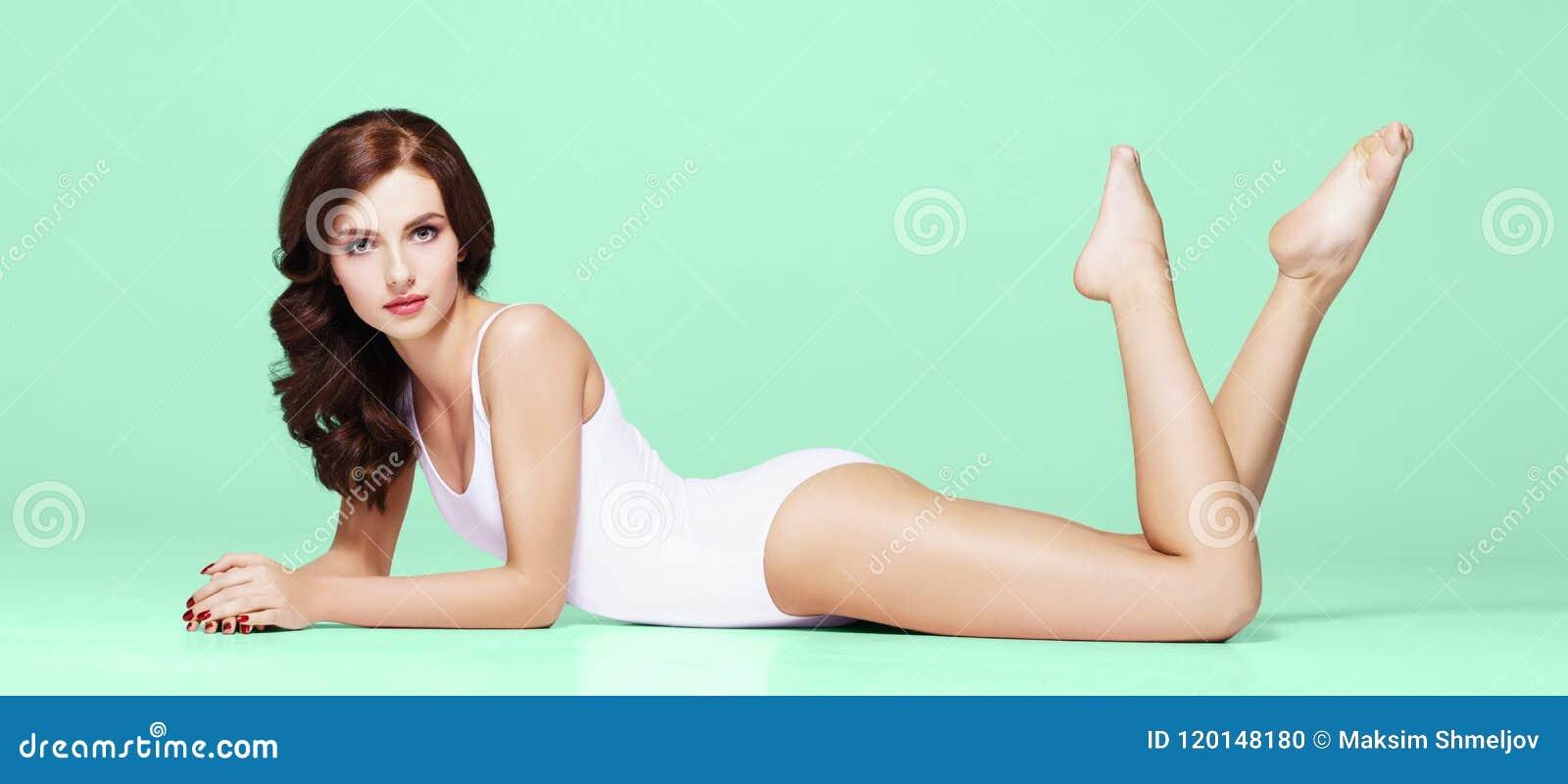 Девушки в купальниках и нижнем белье — img 10