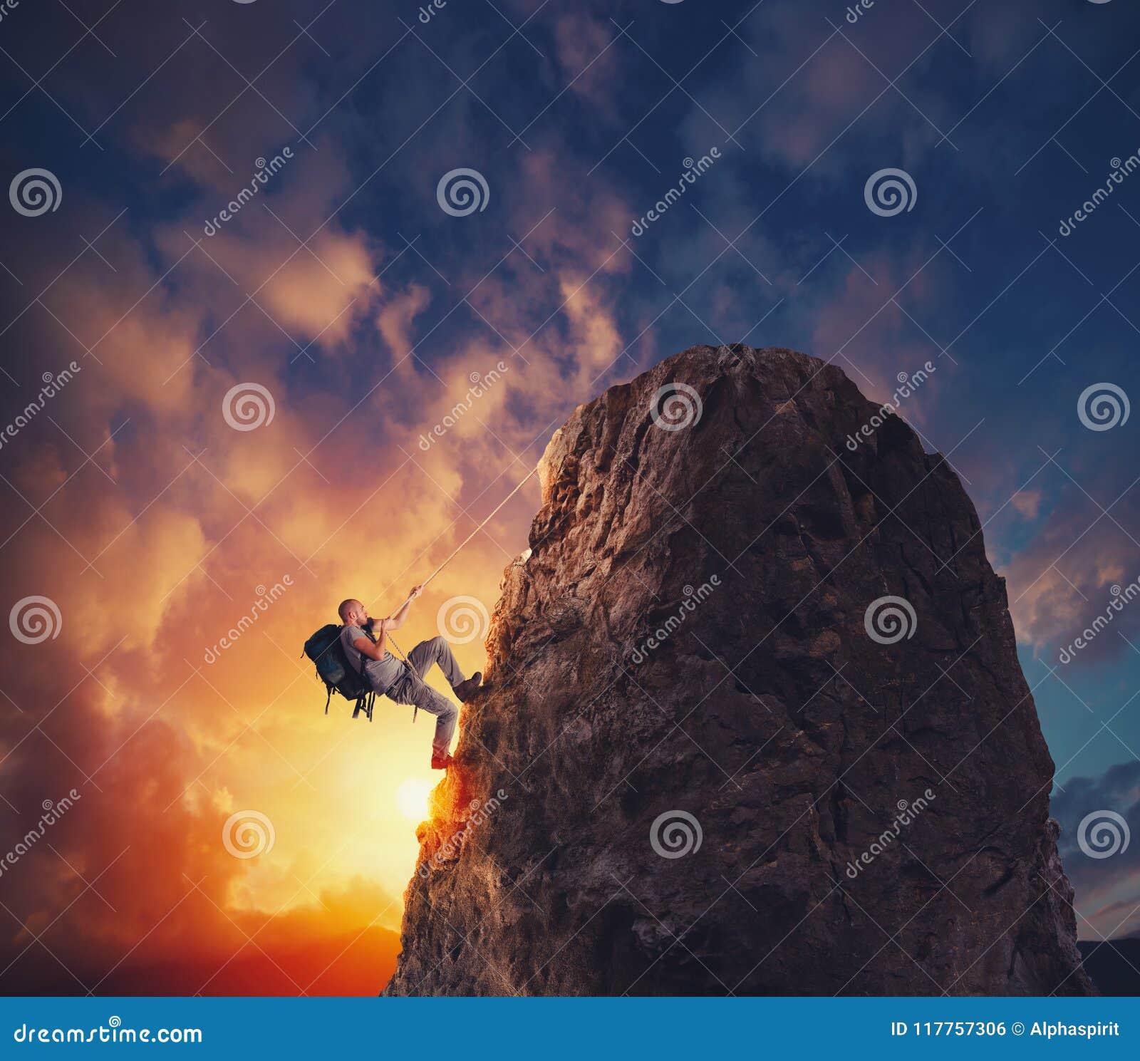 Подъем бизнесмена гора для того чтобы получить флаг Цель бизнеса достижения и трудная концепция карьеры